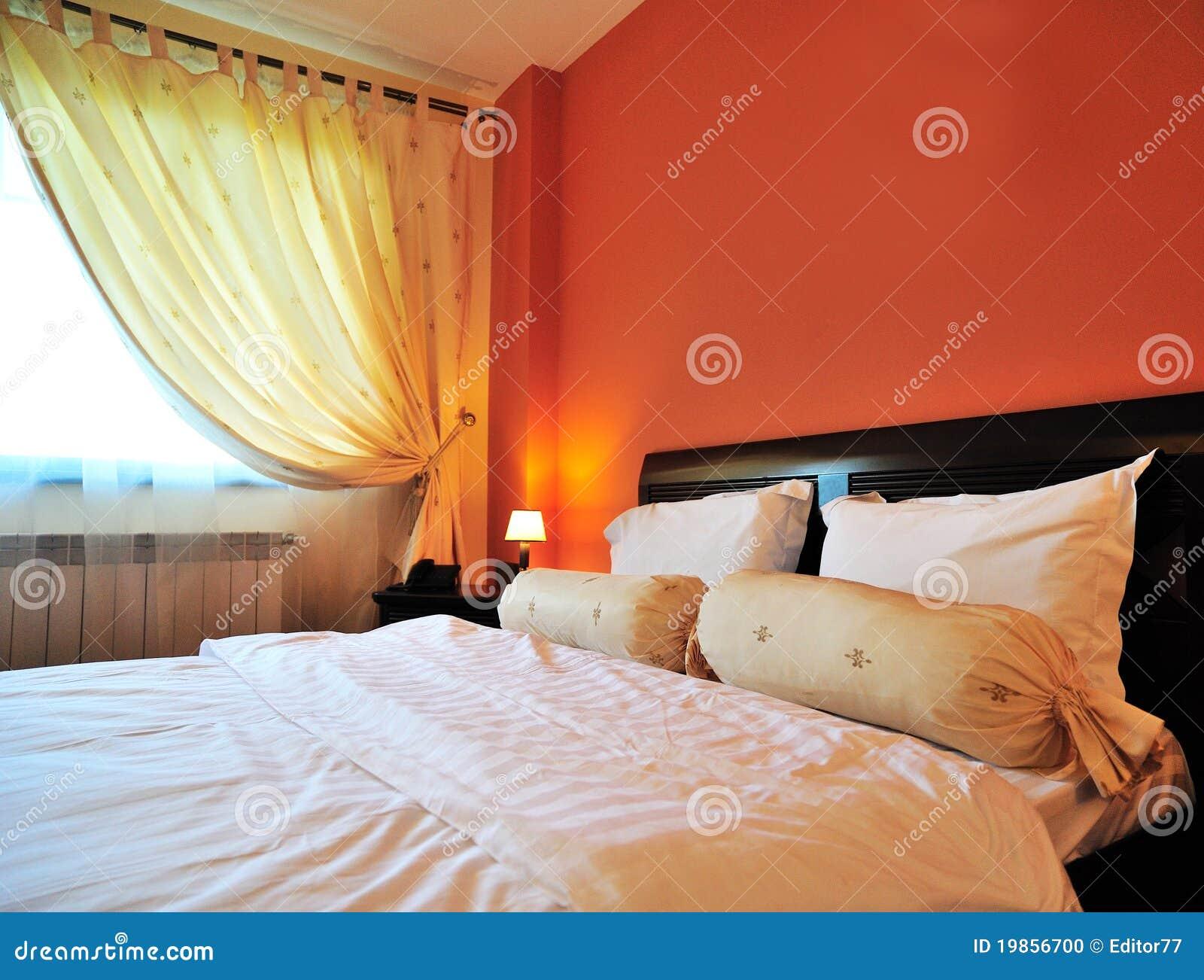 Bâti matrimonial à l intérieur de la chambre d hôtel