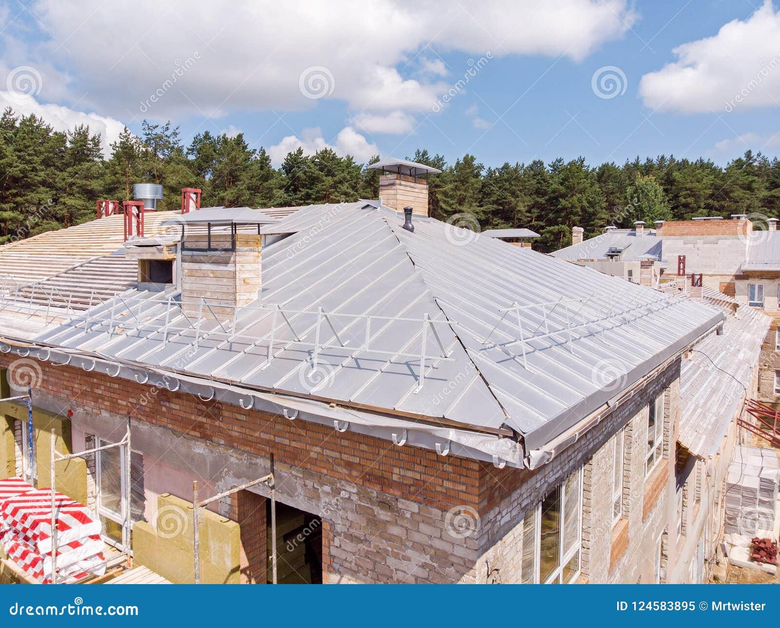 Bâtiment avec l isolation thermo externe nouveau toit sous le constru