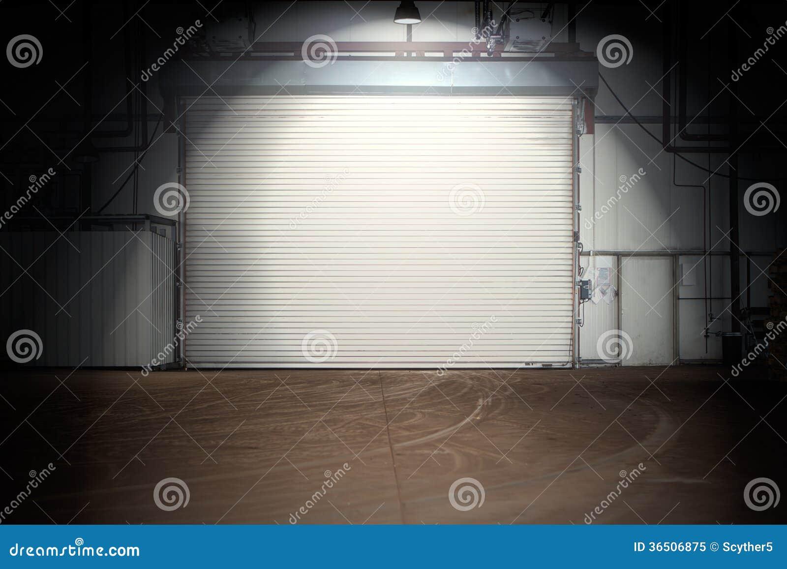 Bâtiment avec la porte de volet de rouleau