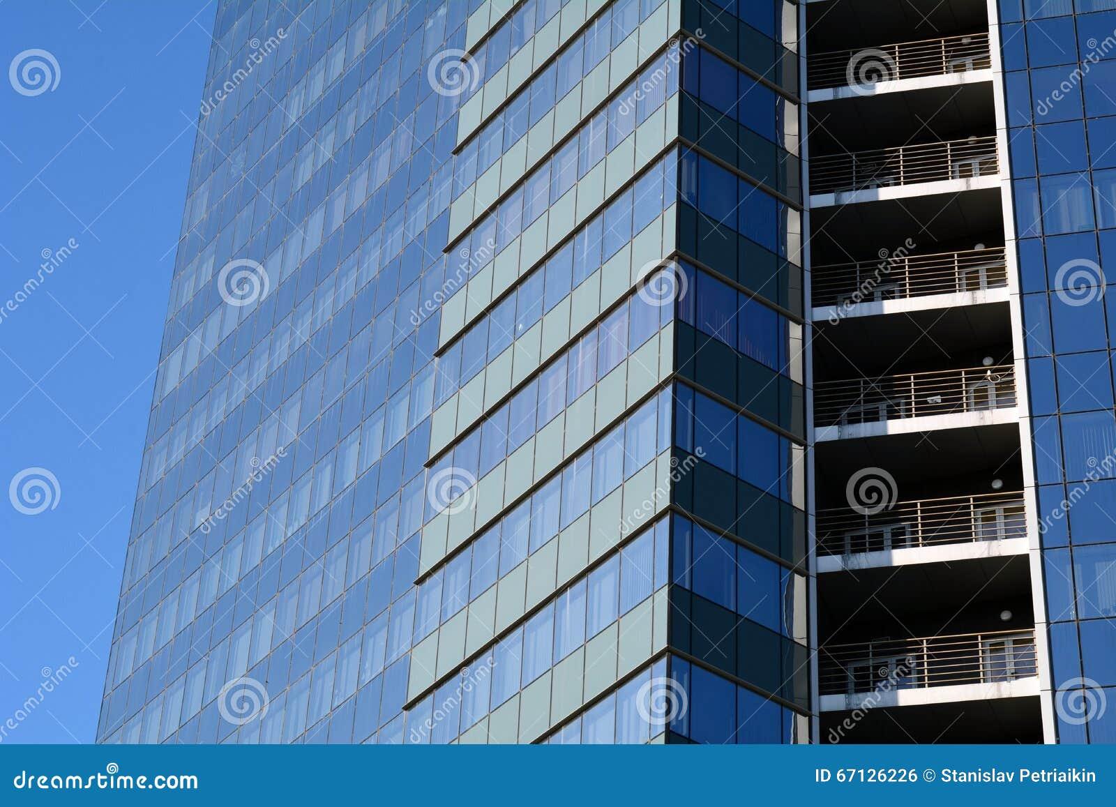 B timent commercial de fenêtres bleues modernes de bureau gratte