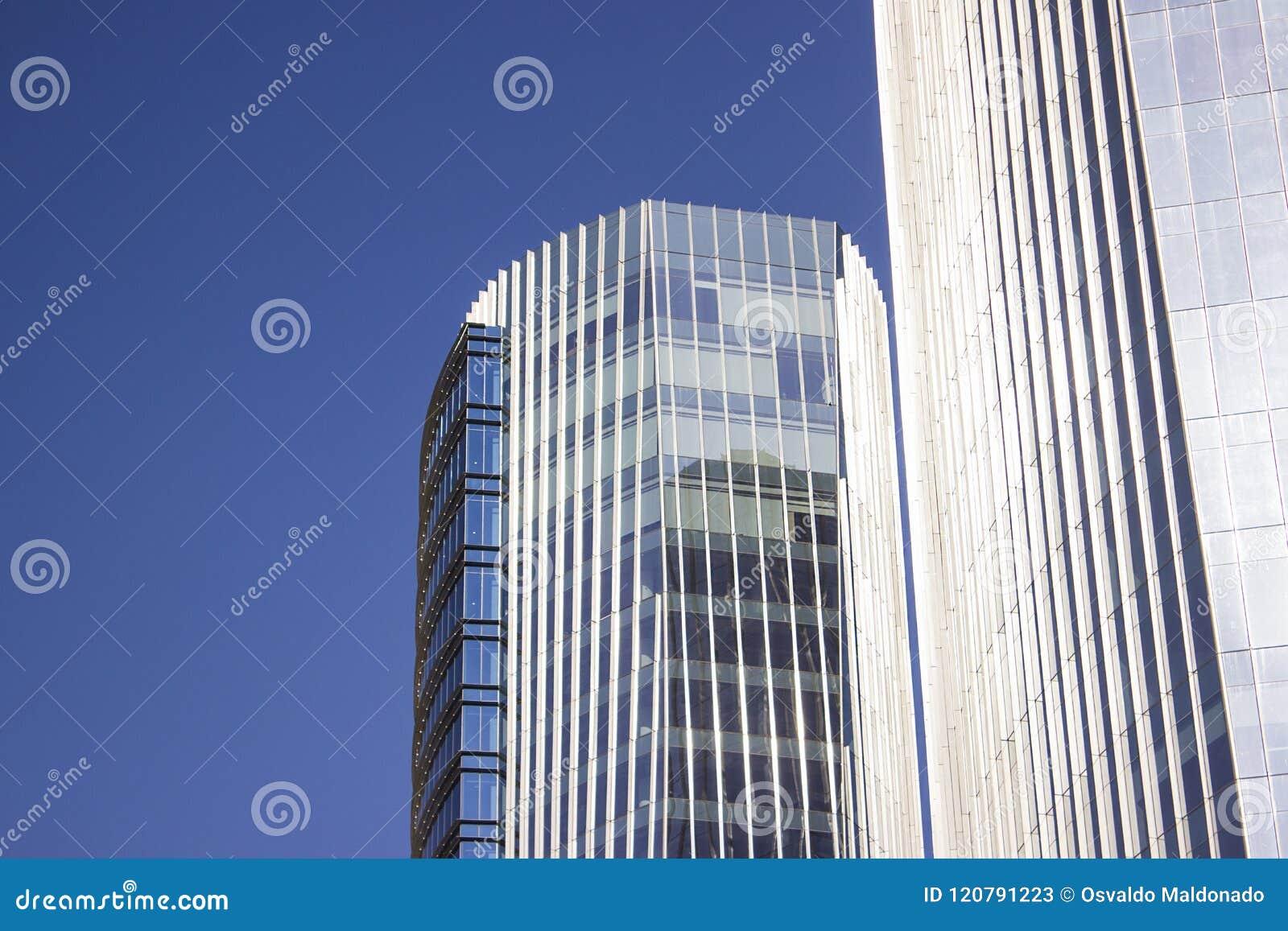 Bâtiment d entreprise bleu avec un mur bleu frontal de vitrail