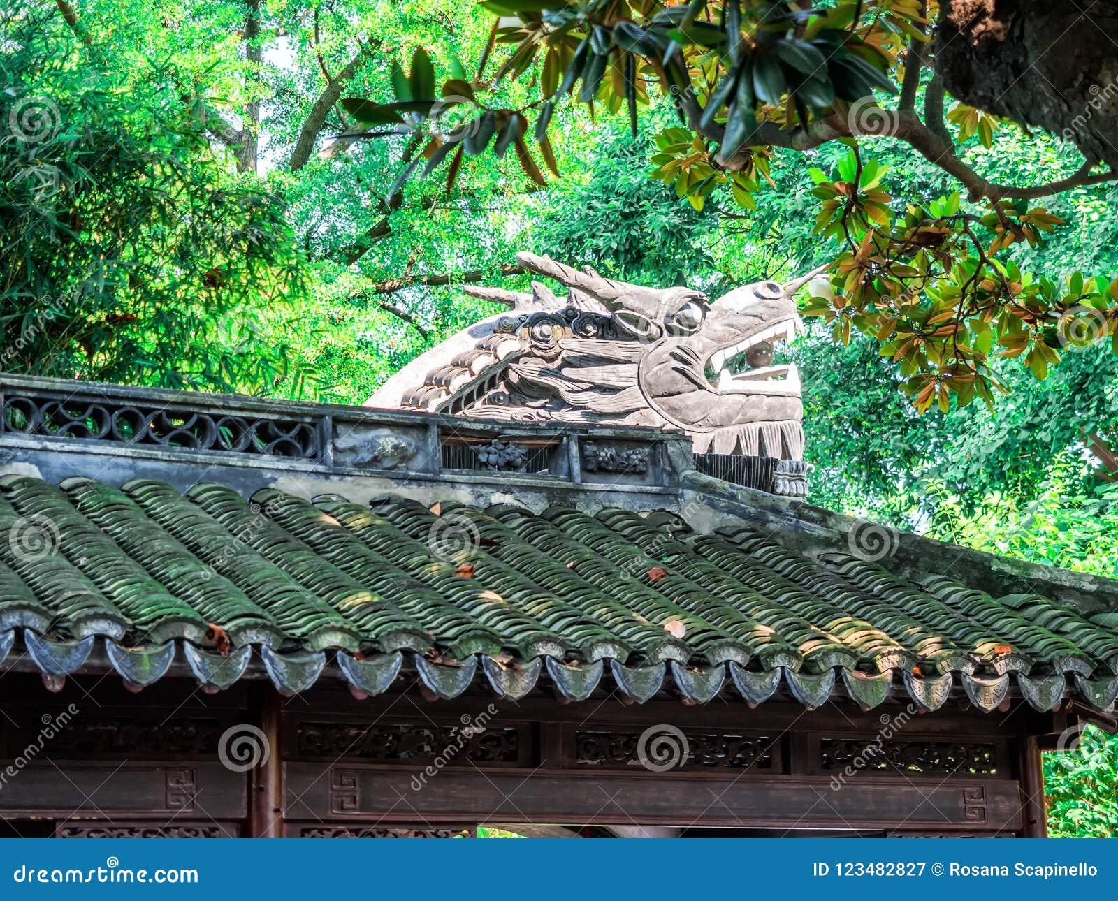 Bâtiment de chinois traditionnel avec le toit fleuri et les fenêtres rouges aux jardins de Yu, Changhaï, Chine