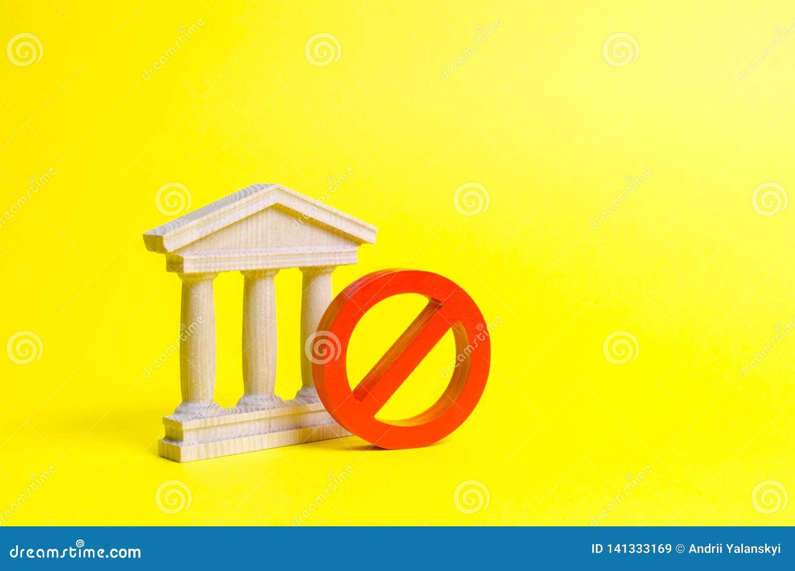 Bâtiment de gouvernement ou banque et symbole NON sur un fond jaune Le concept de l interdiction et des lois restrictives interdi
