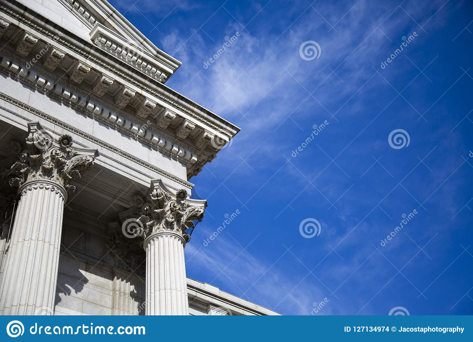 Bâtiment de musée avec un beau ciel bleu