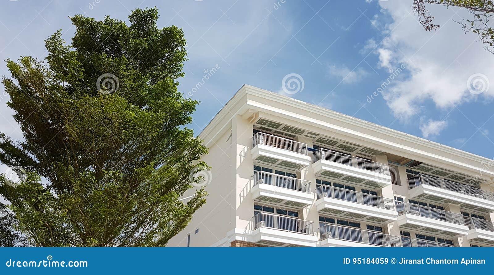 Bâtiment de résidence moderne blanc avec l environnement de nature
