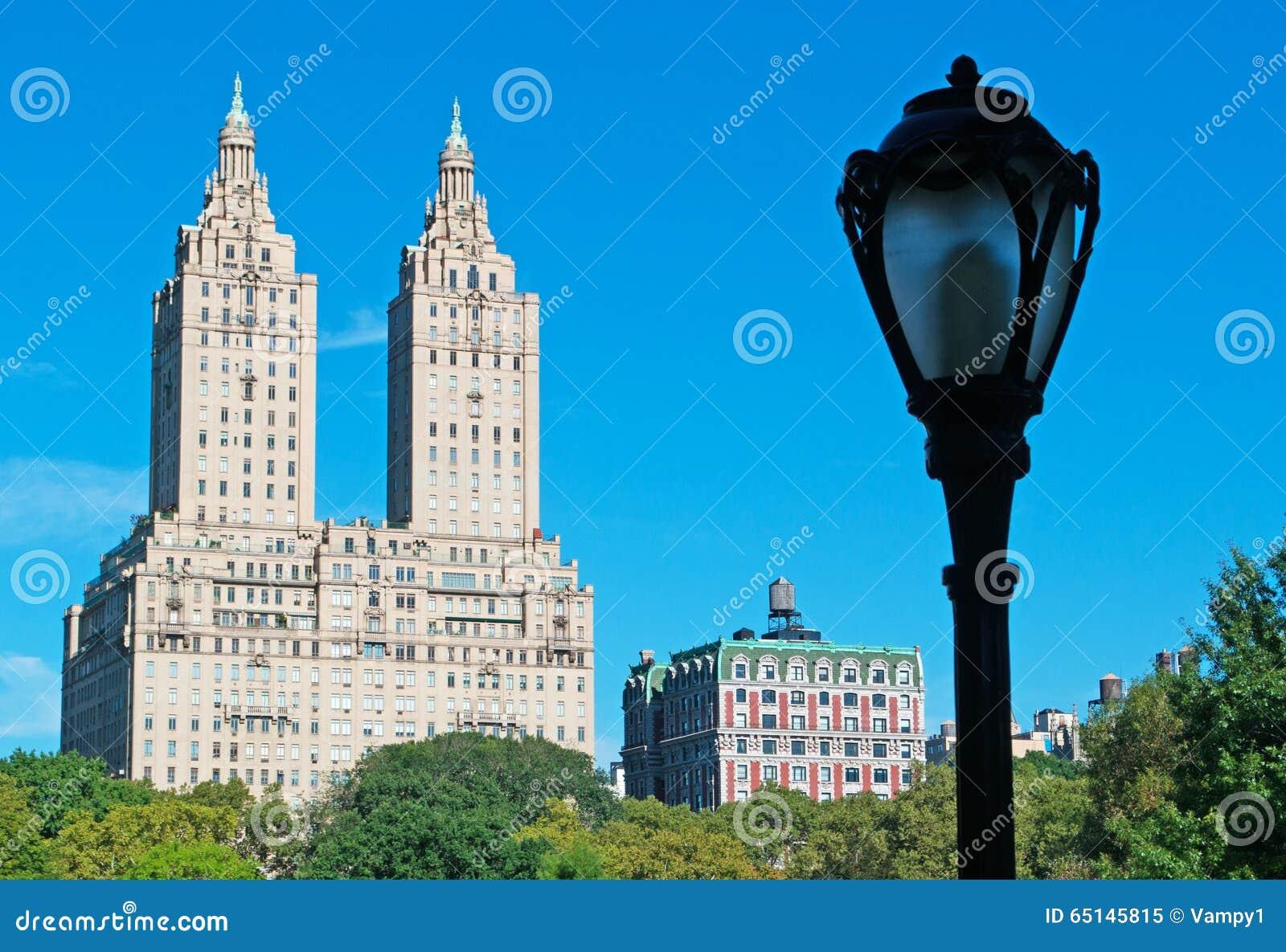 Batiment Et Lampadaire De San Remo Dans Central Park New York Image
