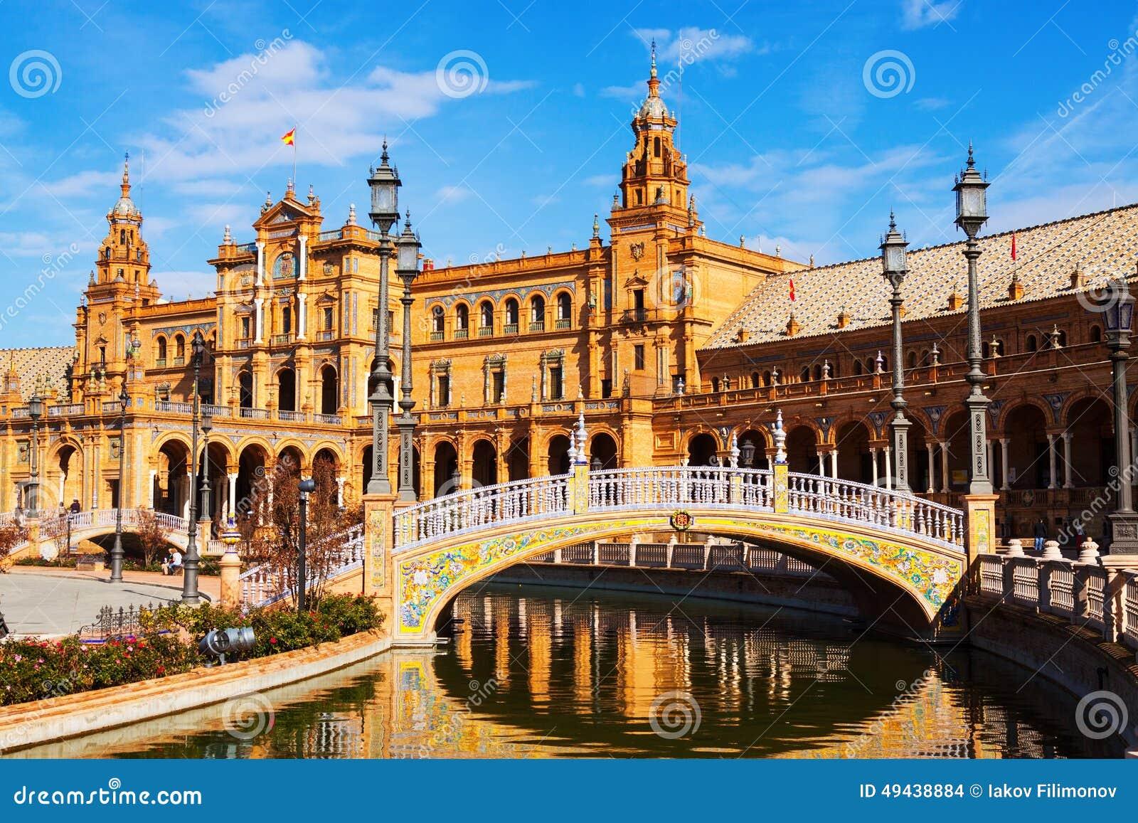 Bâtiment et pont entral de  de Ñ chez Plaza de Espana Séville, Espagne