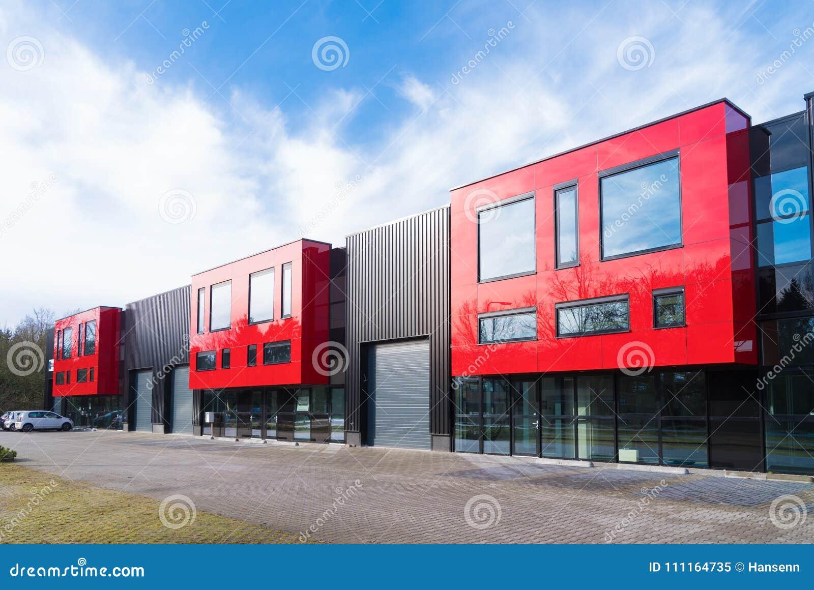 B timent industriel avec les unités rouges de bureau image