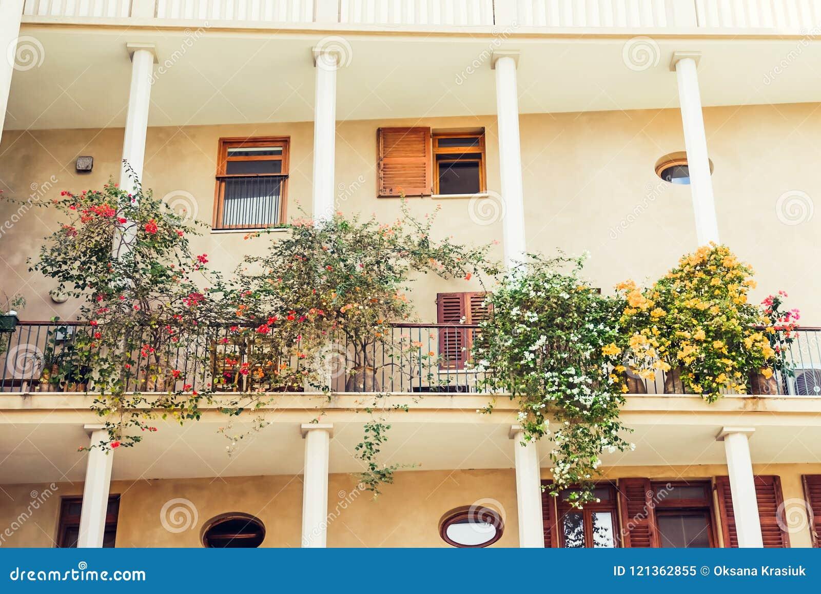 Arbre En Pot Terrasse bâtiment méditerranéen de two-storid avec des colonnes et