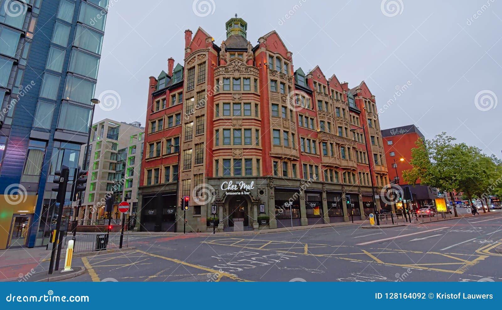 Bâtiment néoclassique avec des magasins dans les rues de Manchester