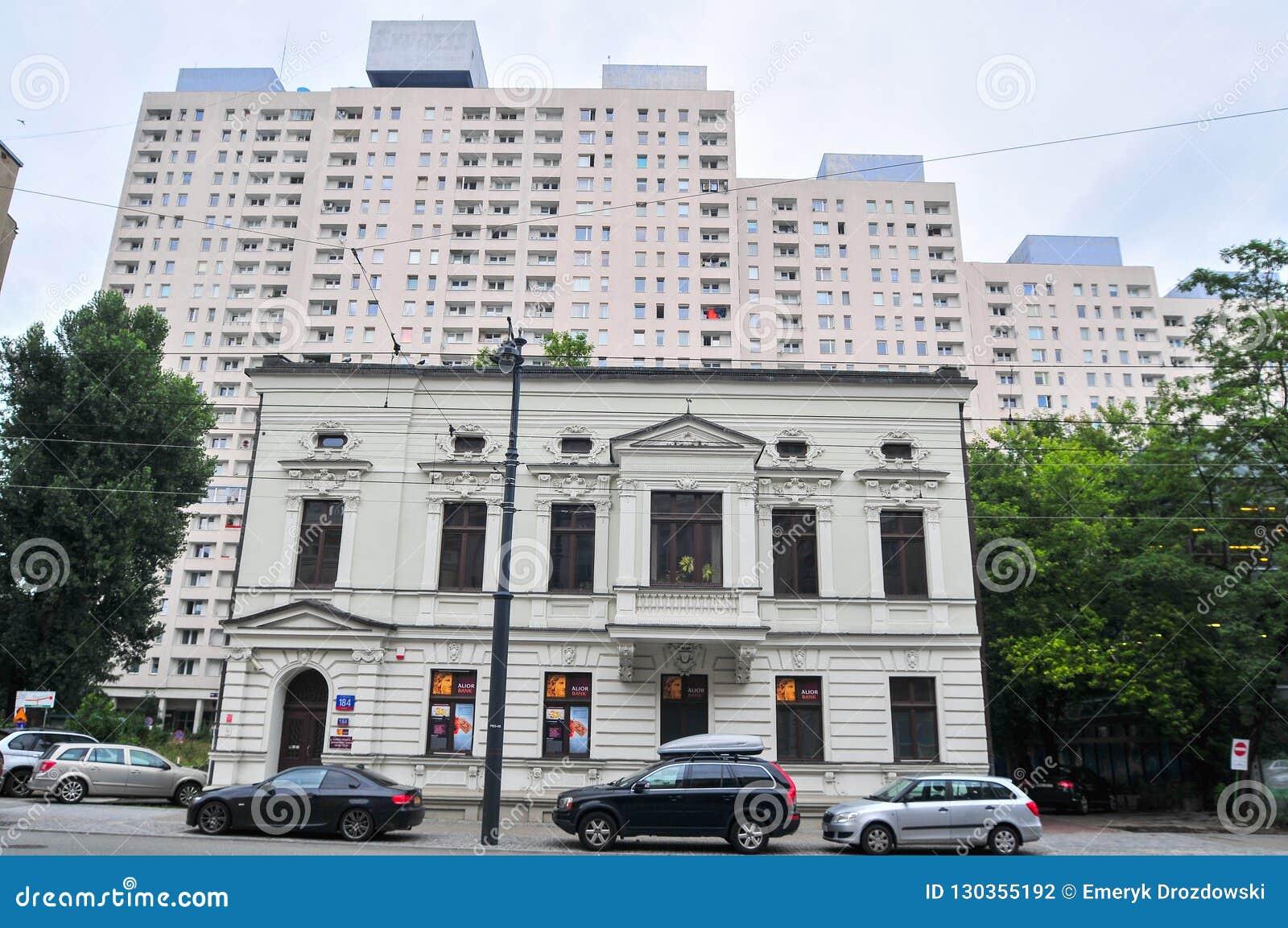 Bâtiment résidentiel historique dans les appartements de premier plan à l arrière-plan, bâtiments communistes en béton