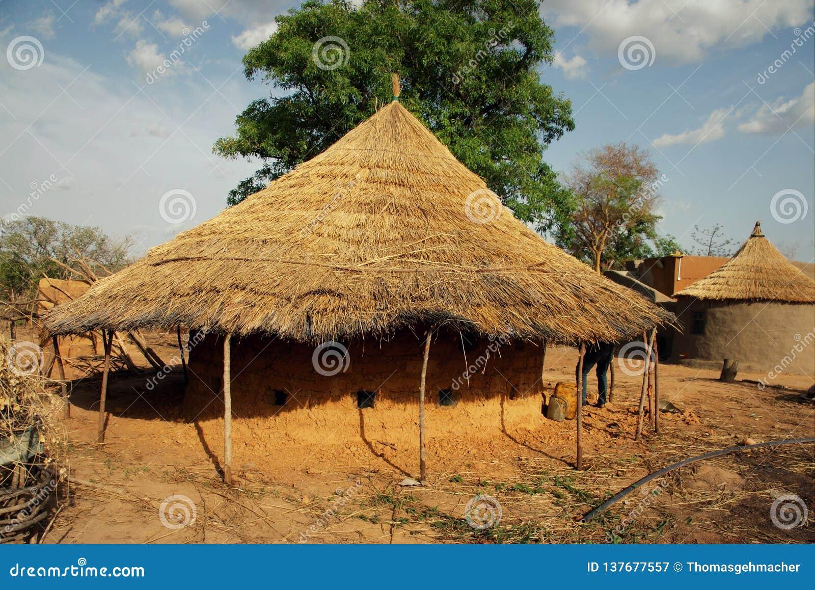 Bâtiment traditionnel de boue de toit couvert de chaume utilisé pour le stockage des onians