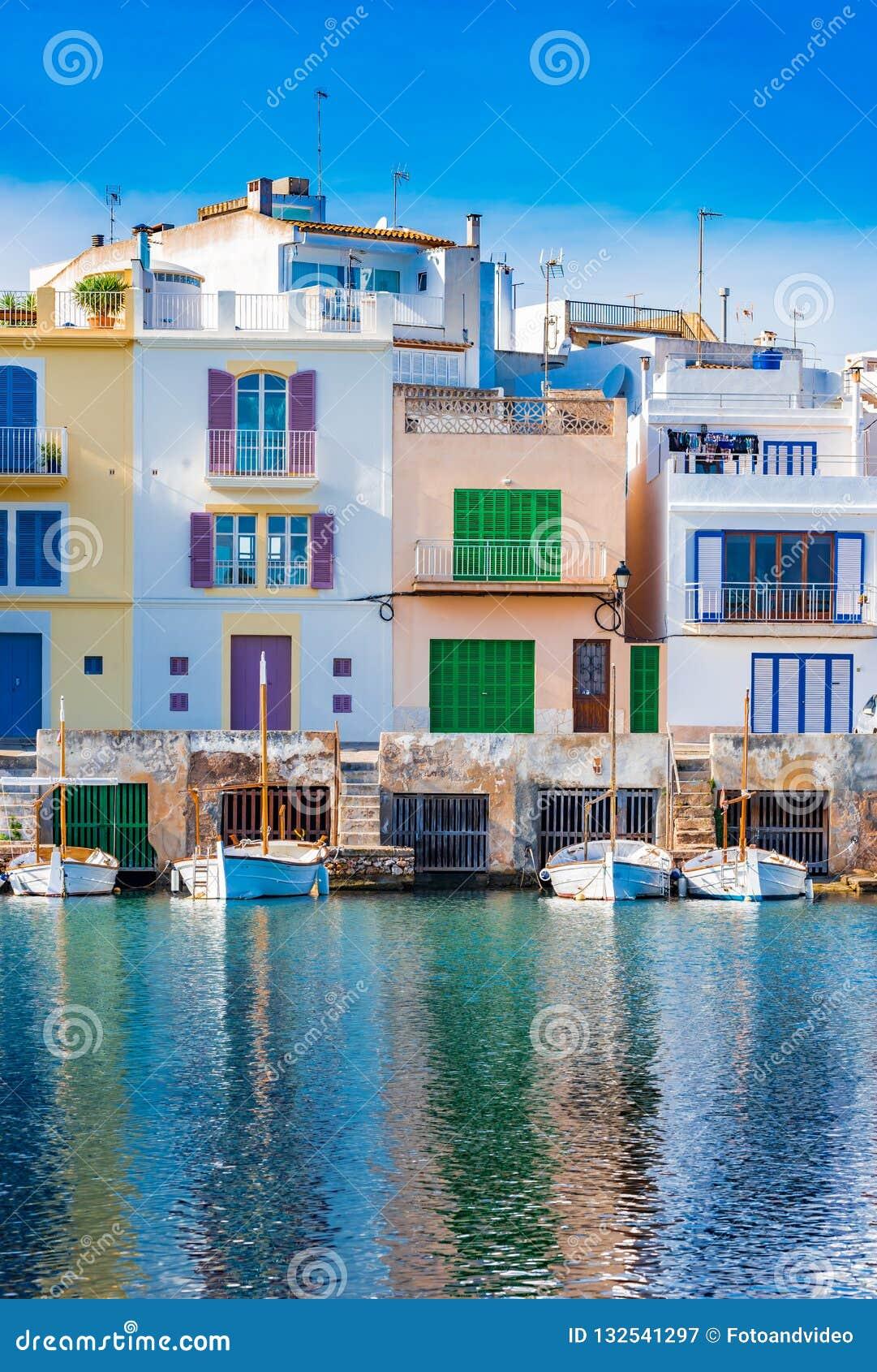 Bâtiments colorés de port de Porto Colom sur l île de Majorca, Espagne
