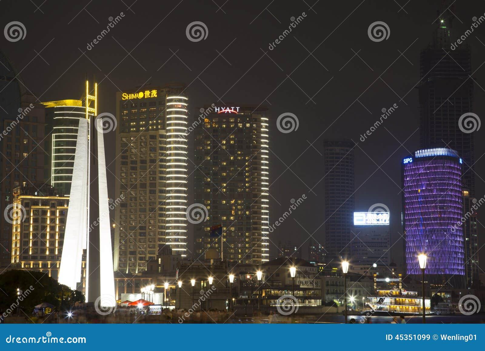 Bâtiments de Changhaï au fond de nuit