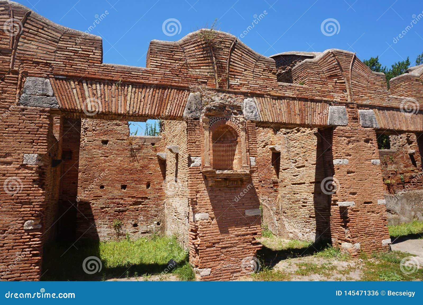 Bâtiments de magasin antiques dans Ostia Antica Beaux vieux hublots ? Rome (Italie)
