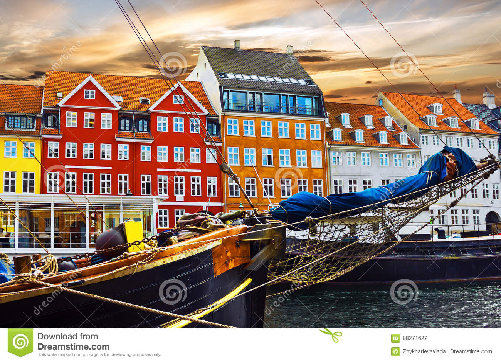 Bâtiments de yacht et de couleur dans Nyhavn au vieux centre de Copenha