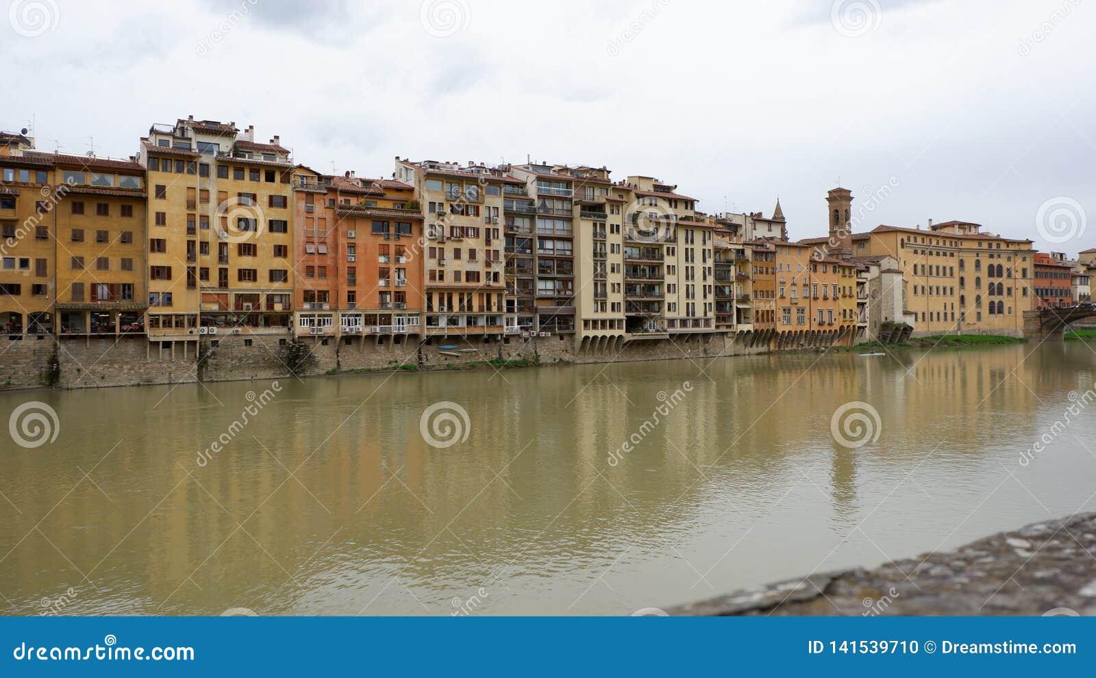 Bâtiments/magasins sur la rivière à Florence