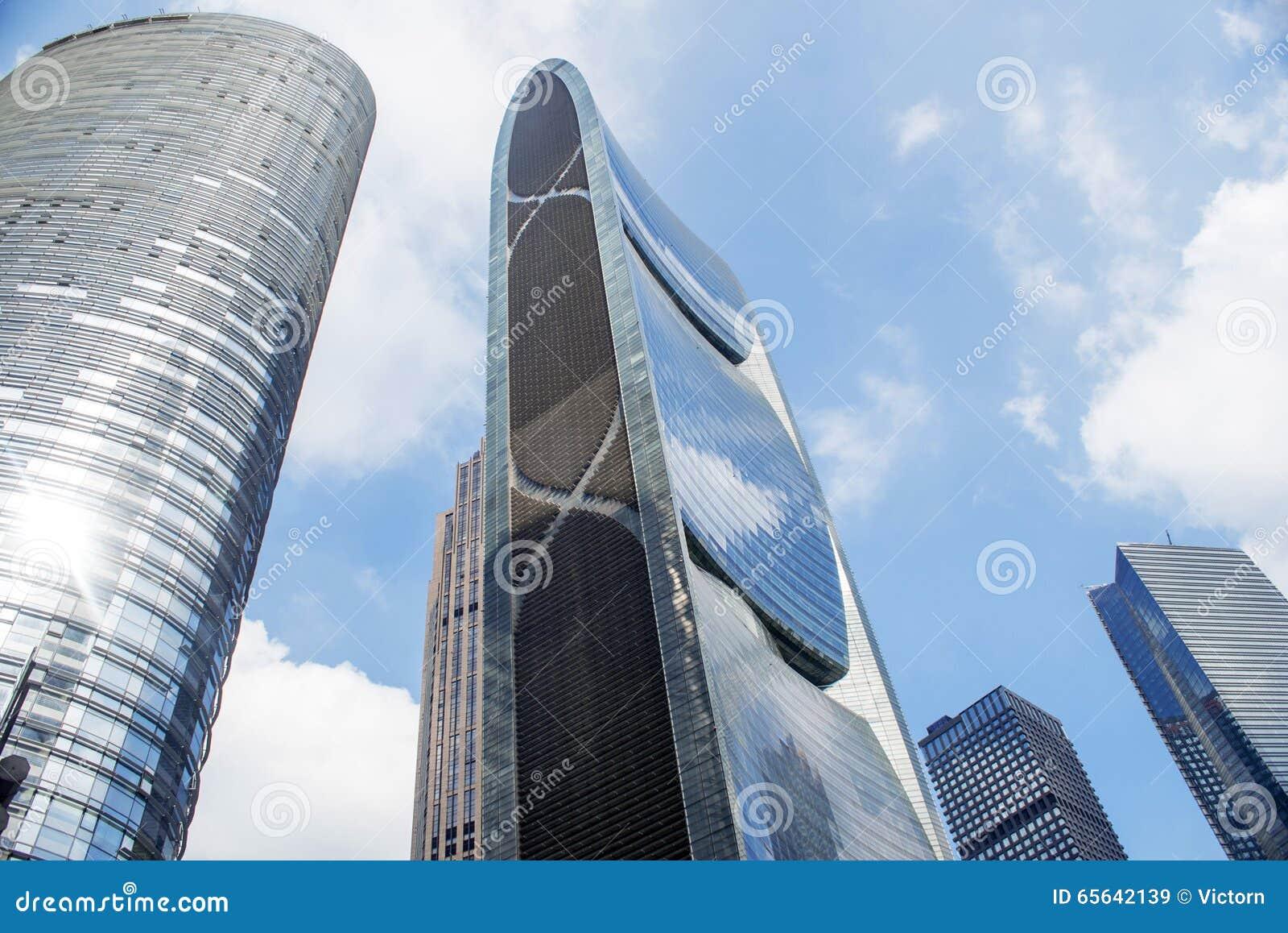 Bâtiments modernes dedans en centre ville
