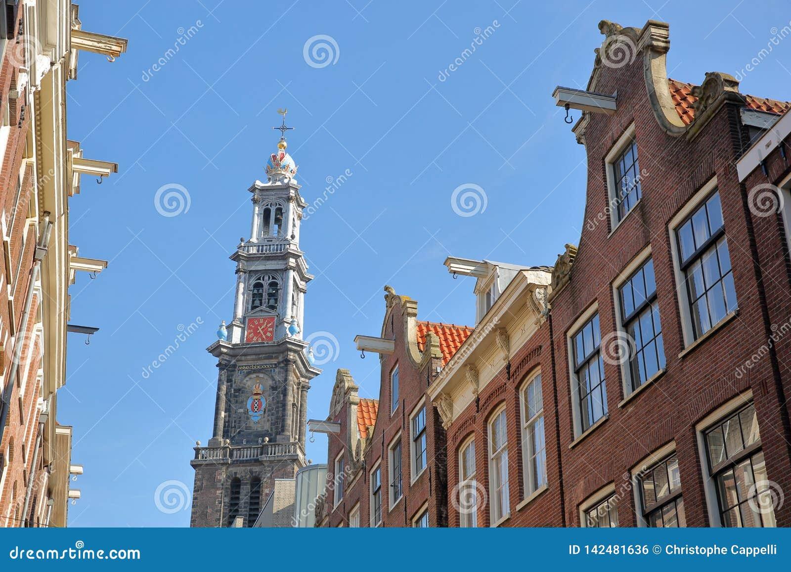 Bâtiments tordus et colorés d héritage, situés le long de la rue de Bloemstraat, avec le clocktower d église de Westerkerk dans l