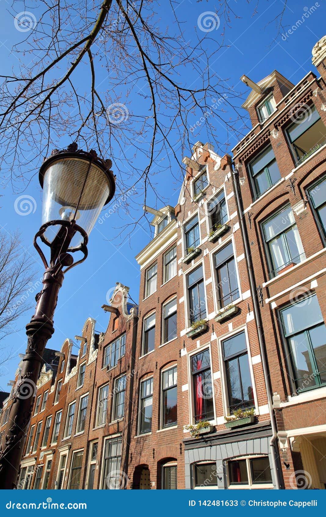Bâtiments tordus et colorés d héritage, situés le long du canal de Bloemgracht dans Jordaan, Amsterdam