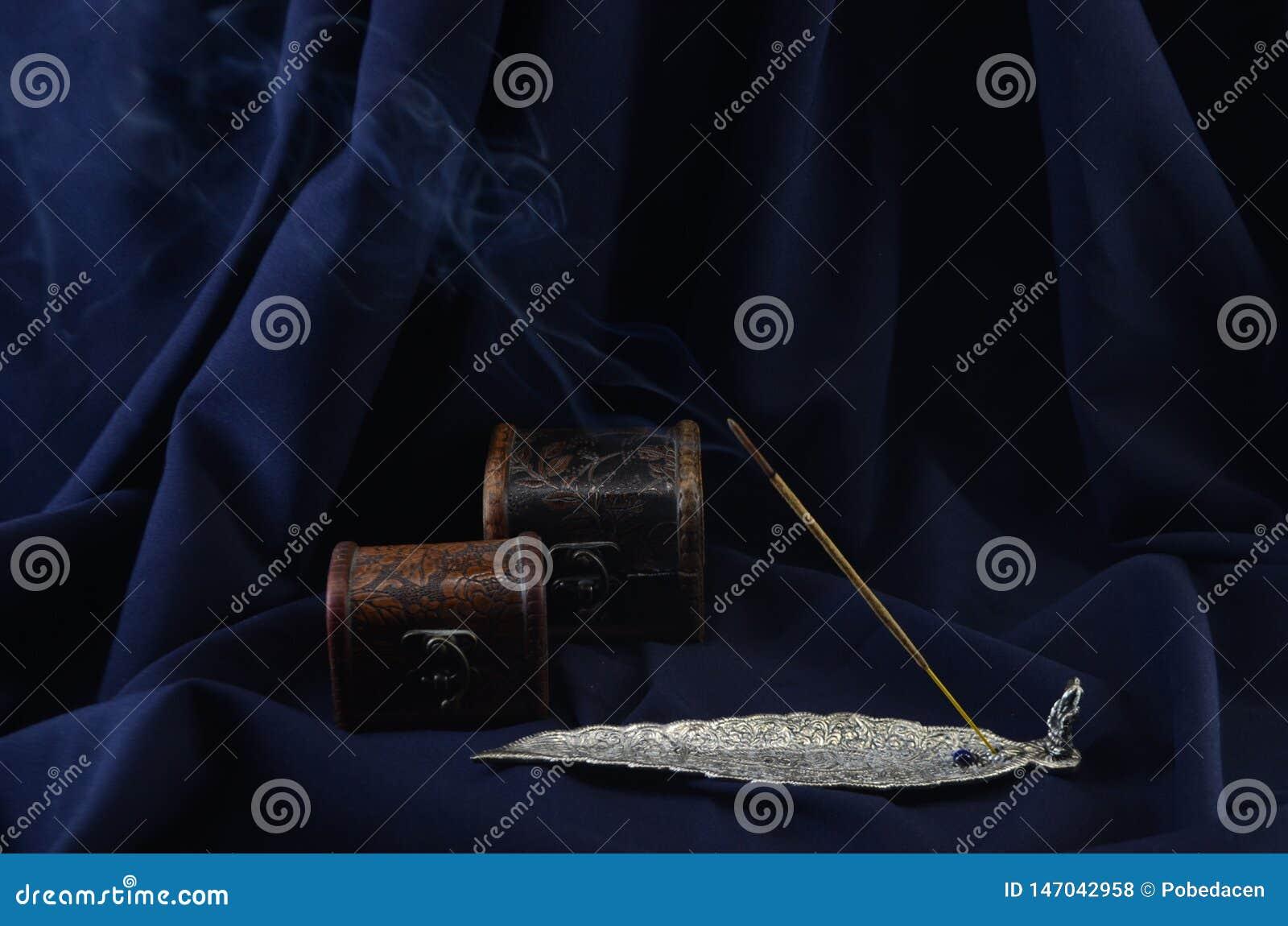 Bâton brûlant d encens sur un fond foncé