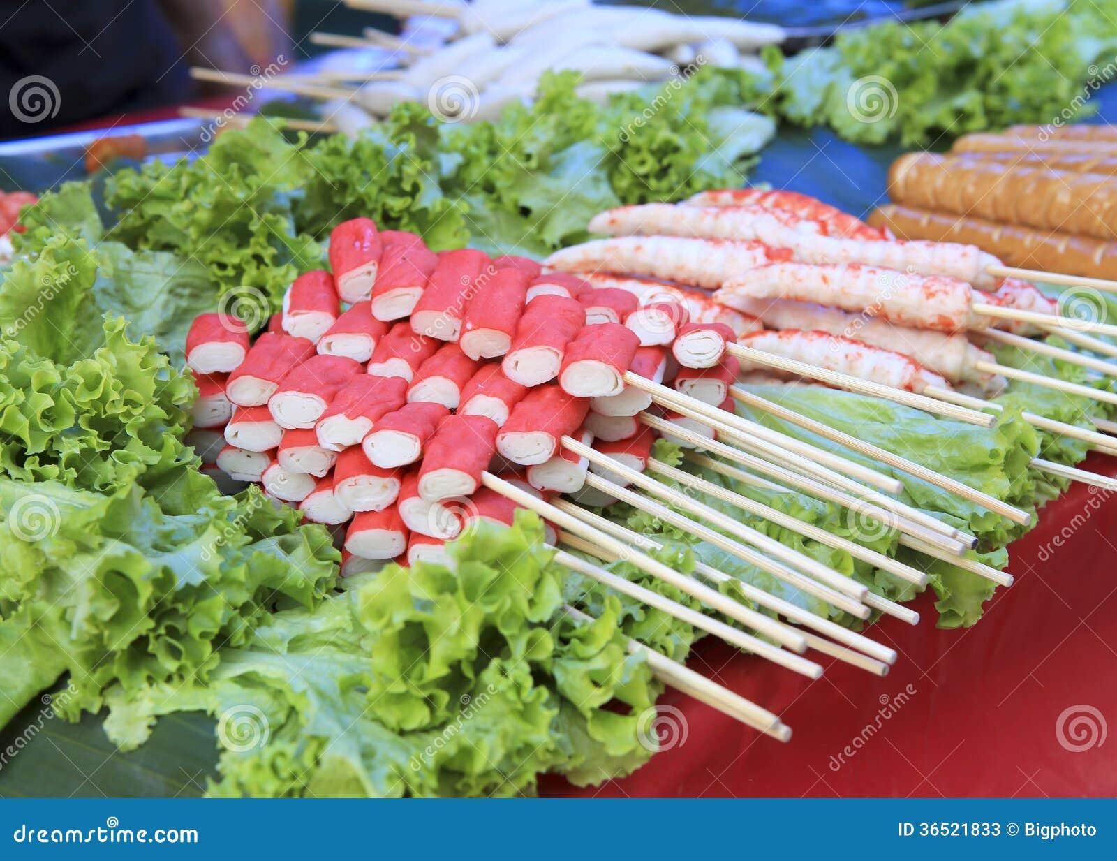Bâton de crevette et de crabe avec la brochette