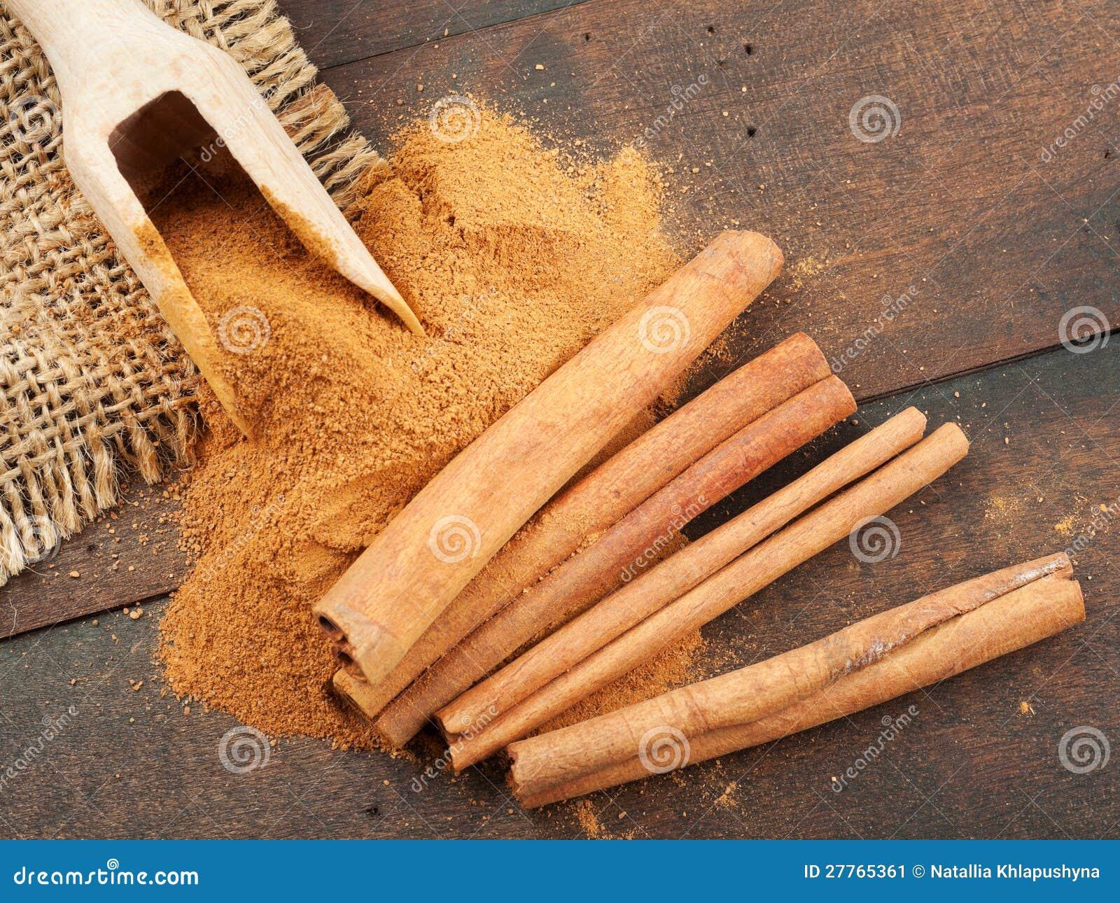 Bâtons de cannelle et poudre de cannelle dans l épuisette