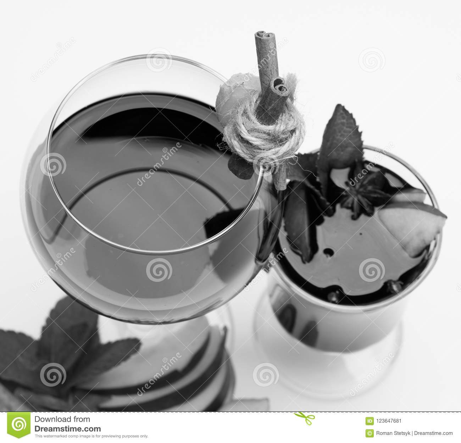 Bâtons de cannelle, gingembre, feuilles en bon état, tranches de pomme et anis en verre Glace de vin rouge sur le blanc Frais et