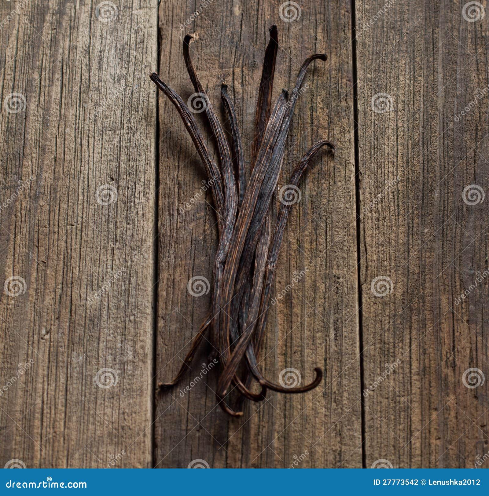Bâtons de vanille sur le bois