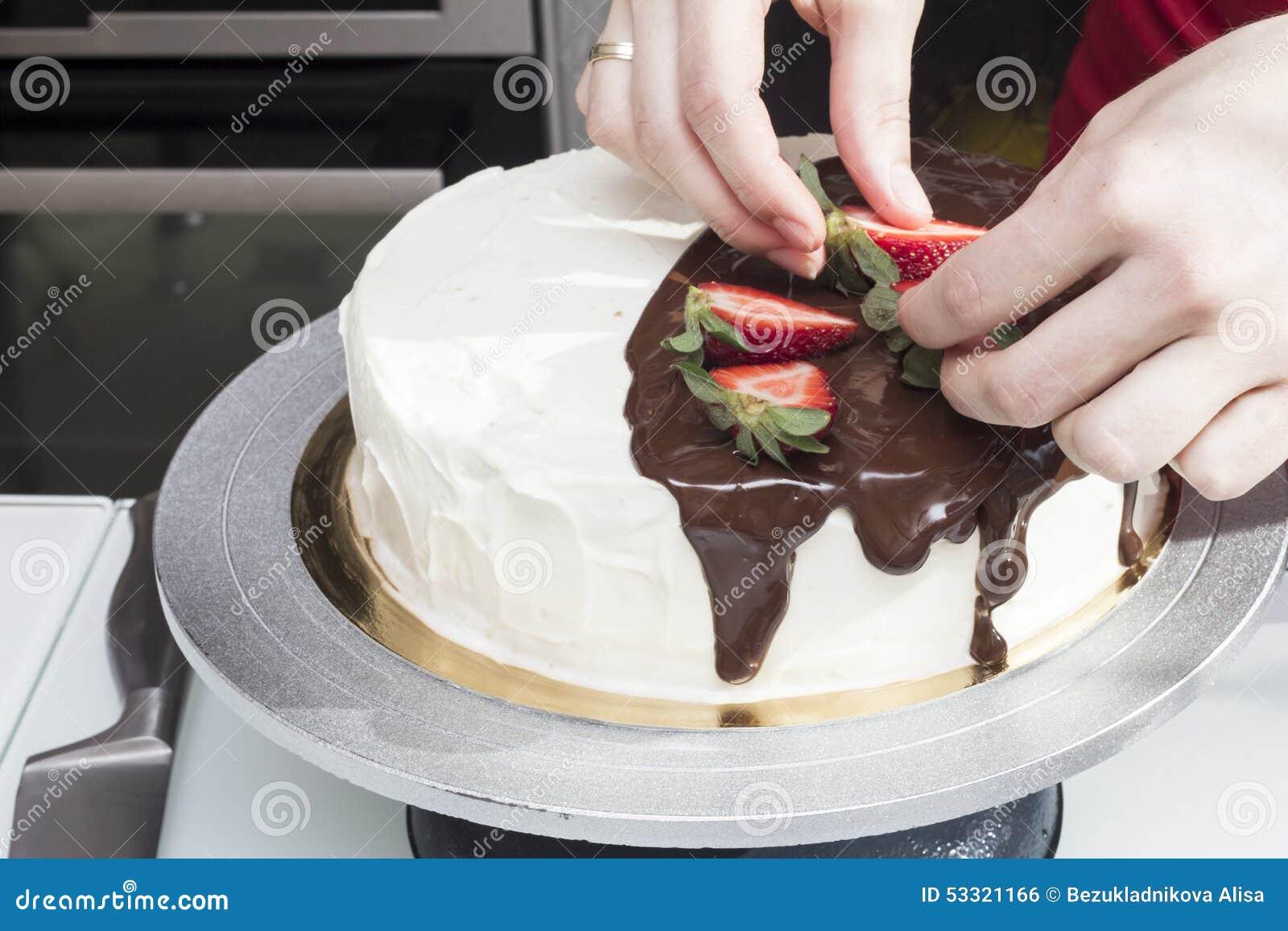 Backer Verzieren Einen Kuchen Mit Erdbeeren Stockfoto Bild Von