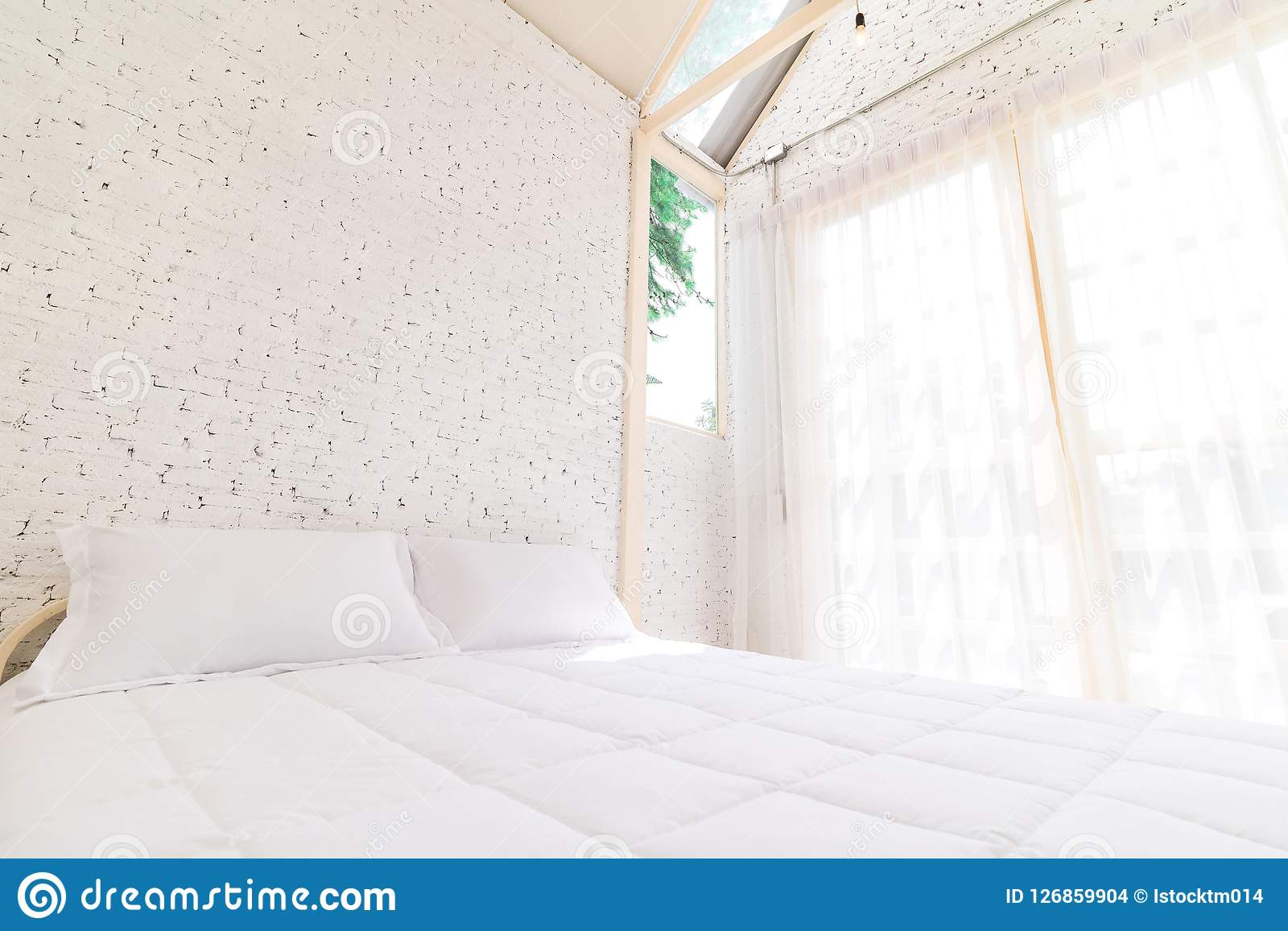 Bädda ned i morgonen med naturligt ljus från fönstret Bädda ned rumbakgrund