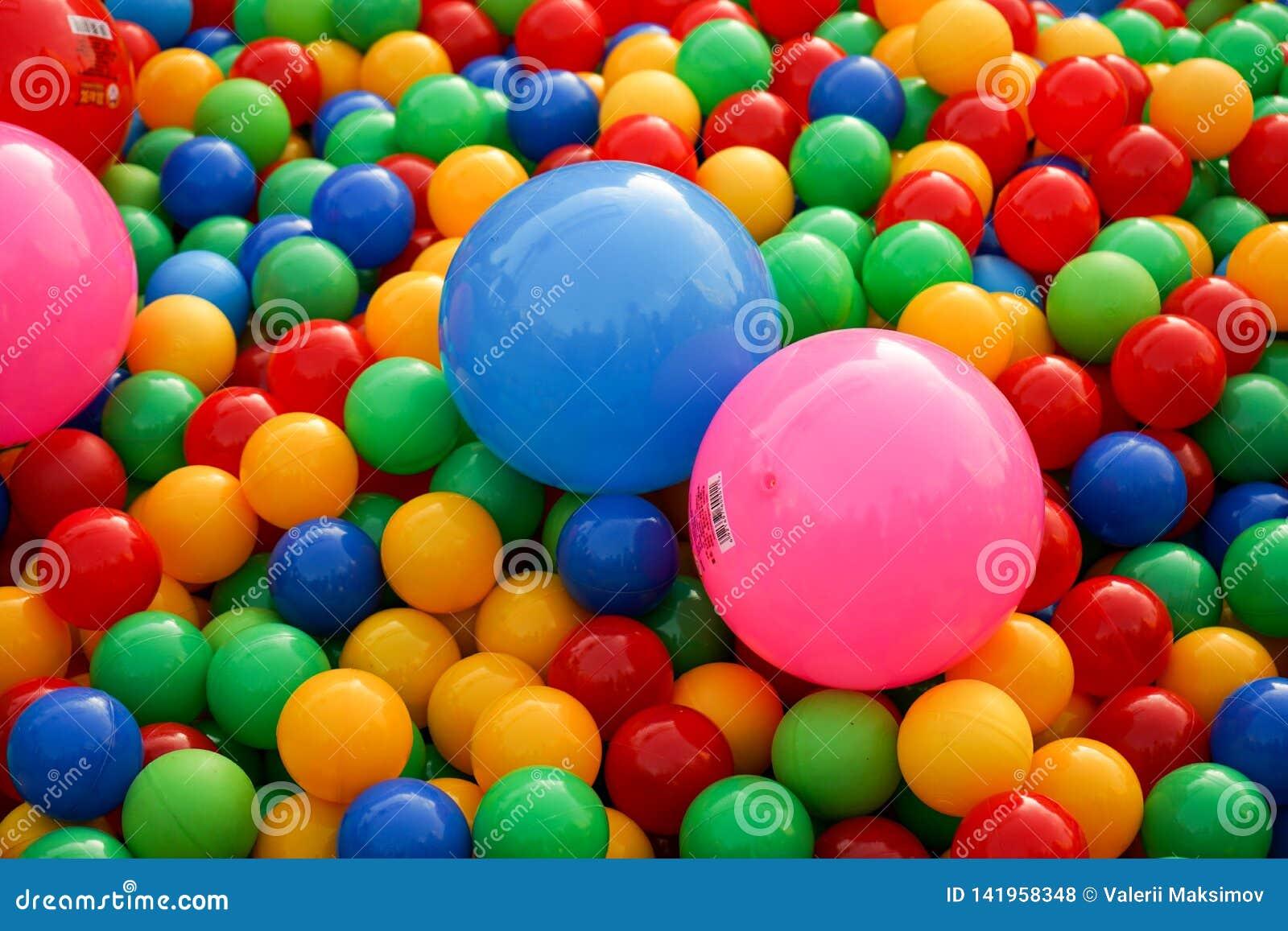 Bällchen von verschiedenen Farben auf dem Spielplatz