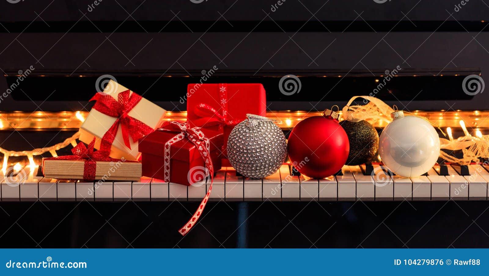 Bälle und Geschenkboxen Chritmas auf Klaviertastatur, Vorderansicht