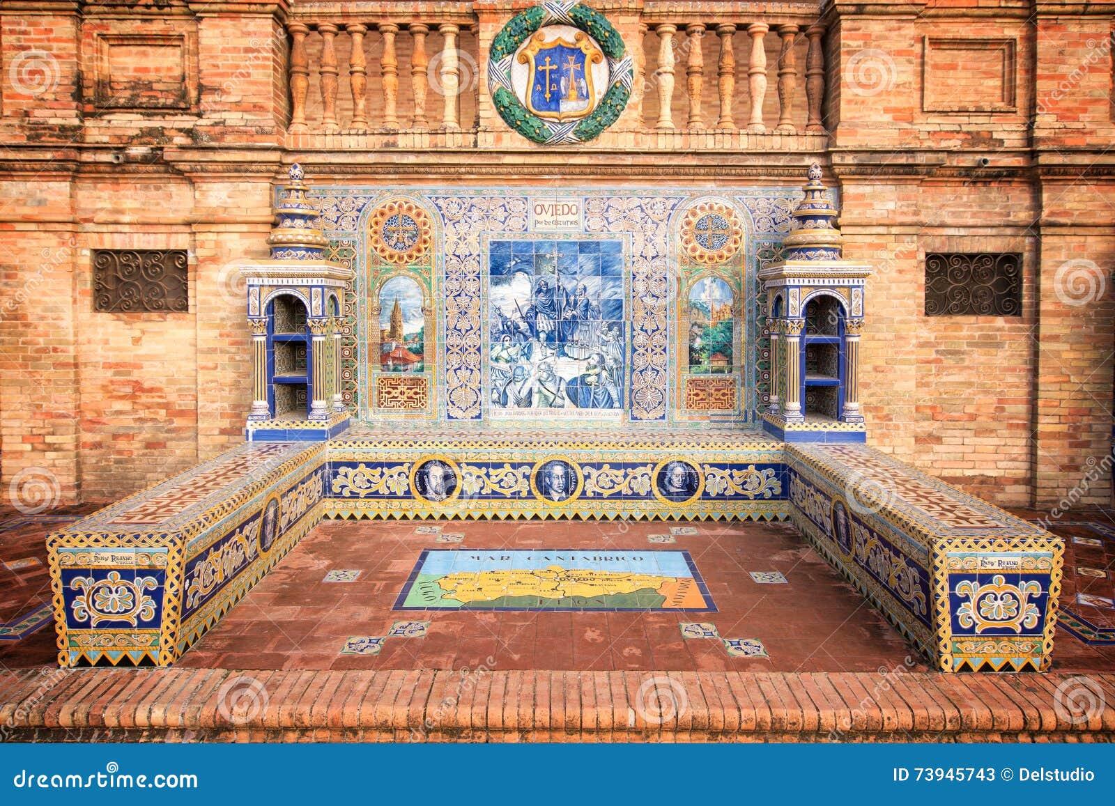 Bänken dekorerade med azulejos på Plaza de Espana (den Spanien fyrkanten) i Seville