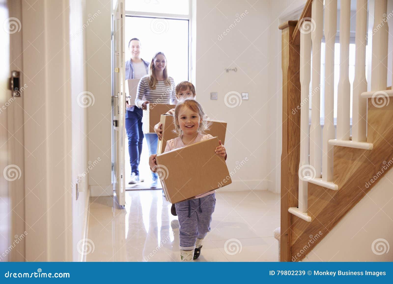 Bärande askar för familj in i nytt hem på rörande dag