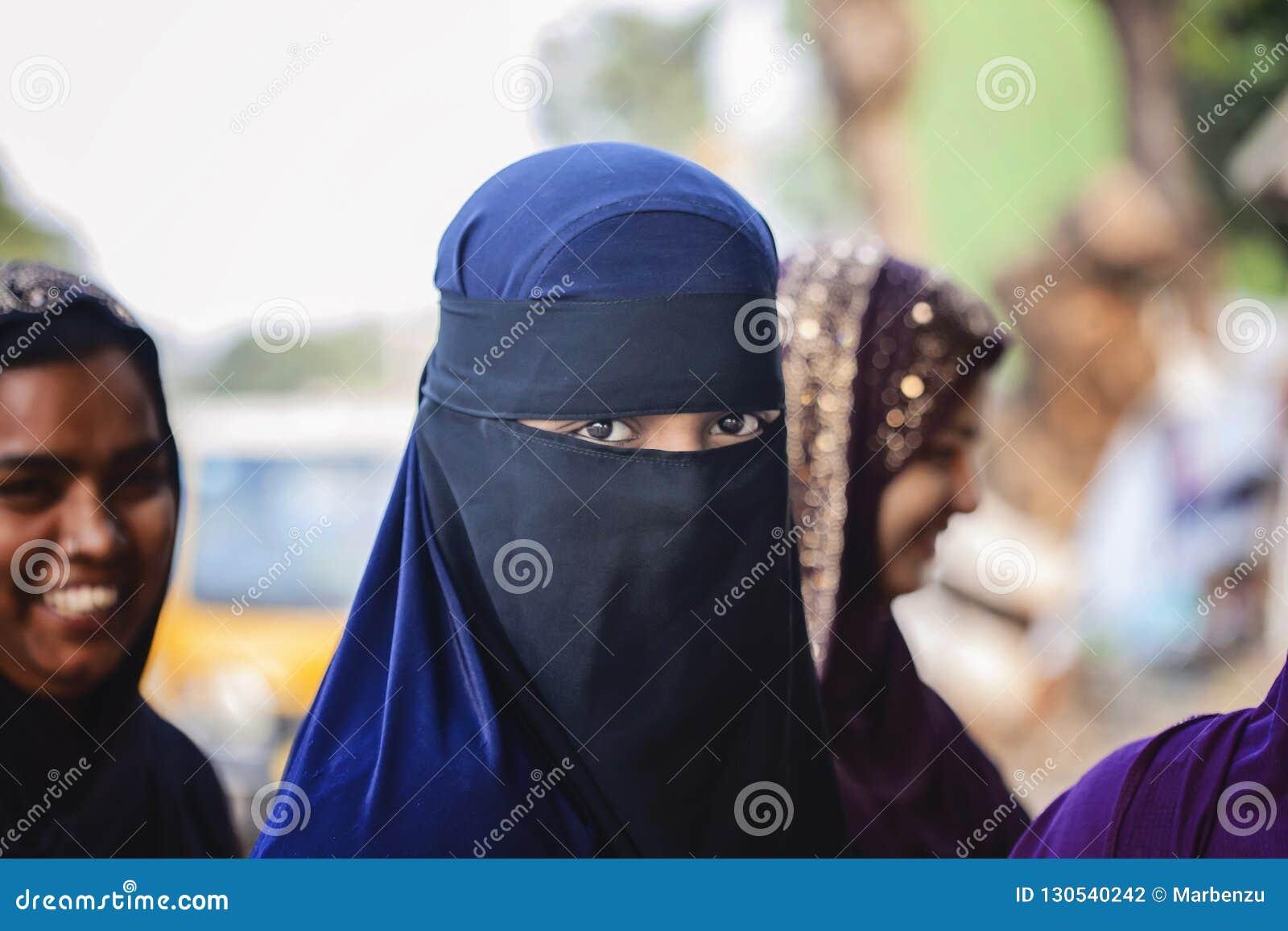 Bärande burkakläder för ung flicka enligt hennes religion