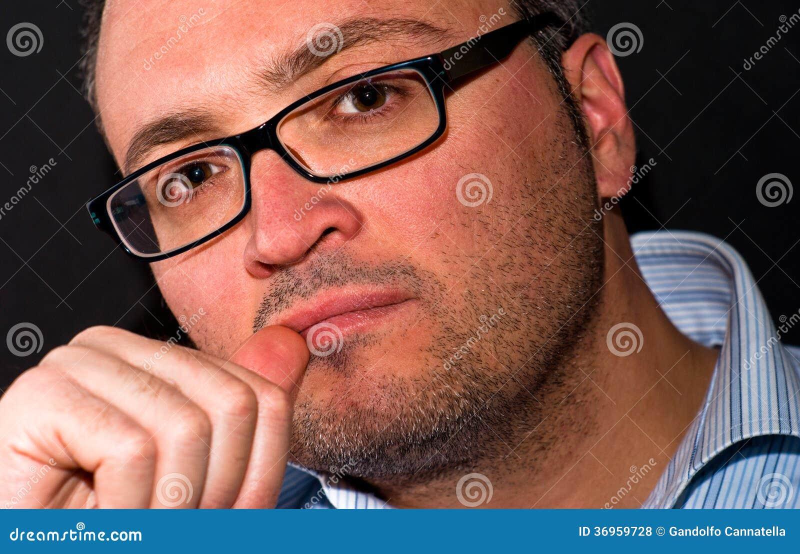 Bärande eyeglasss för eftertänksam skäggig caucasian man