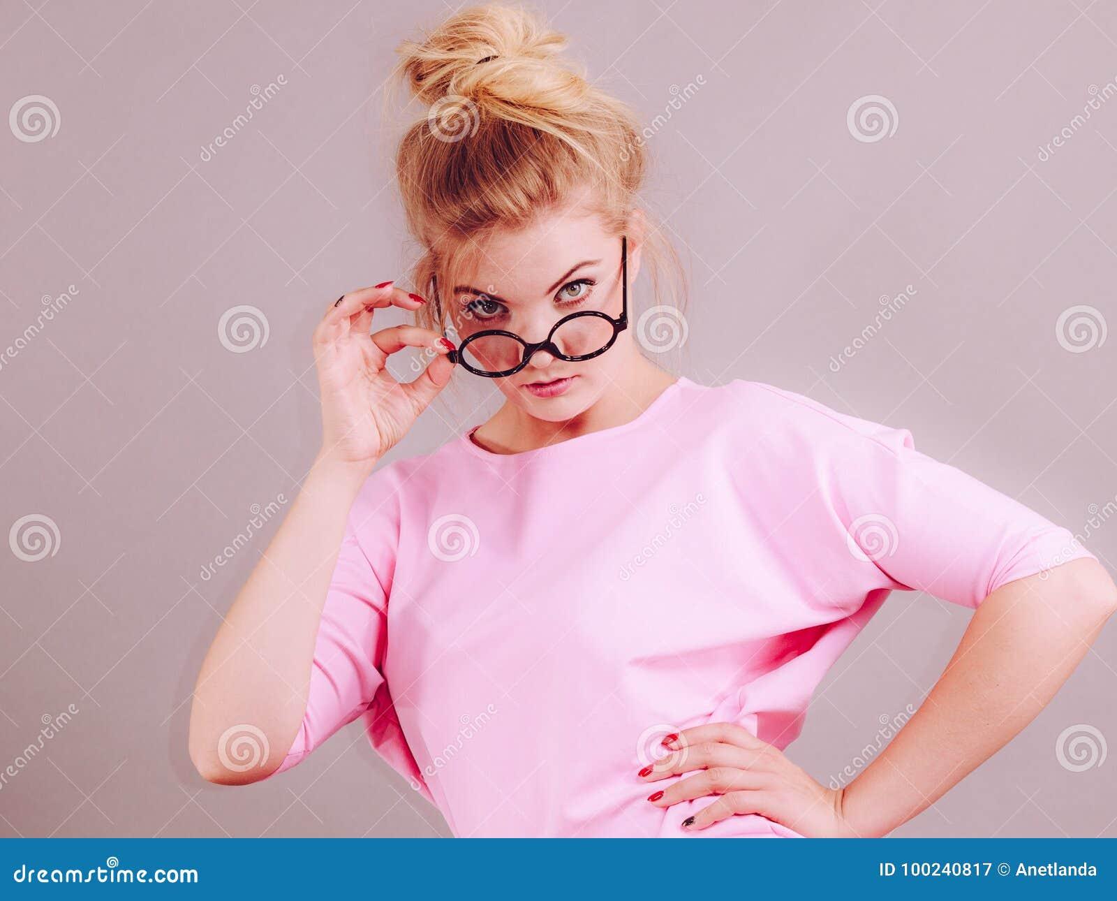 Bärande glasögon för elegant kvinna