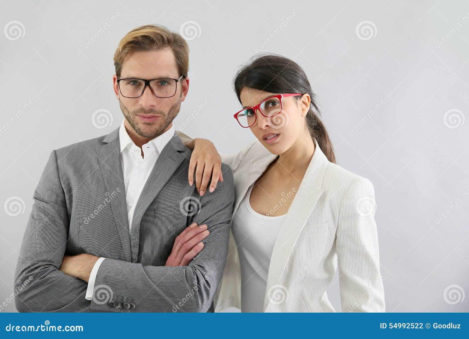 Bärande glasögon för eleganta affärspar