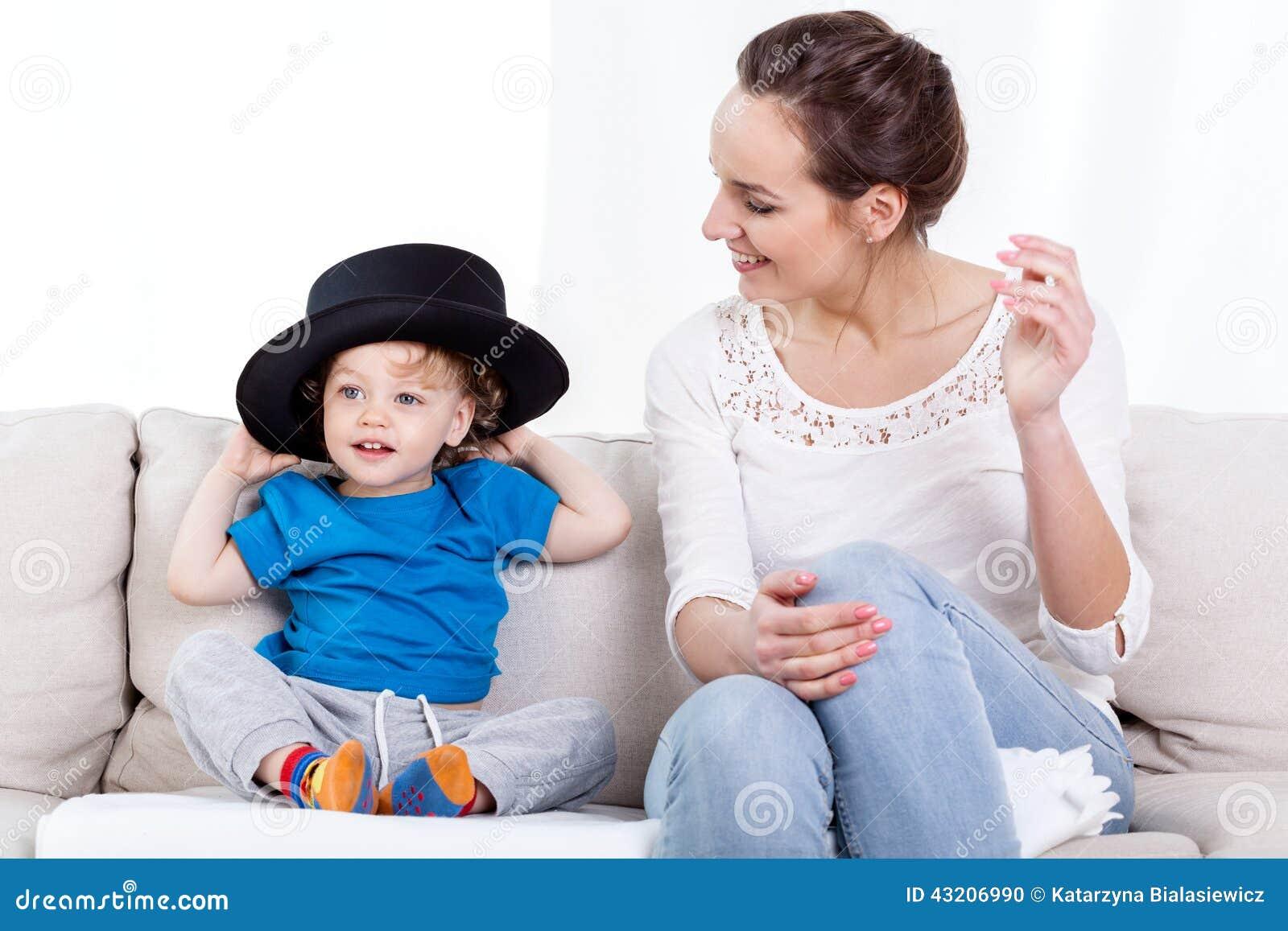 Download Bärande Hatt För Moder Och För Barn Arkivfoto - Bild av laughter, motherhood: 43206990