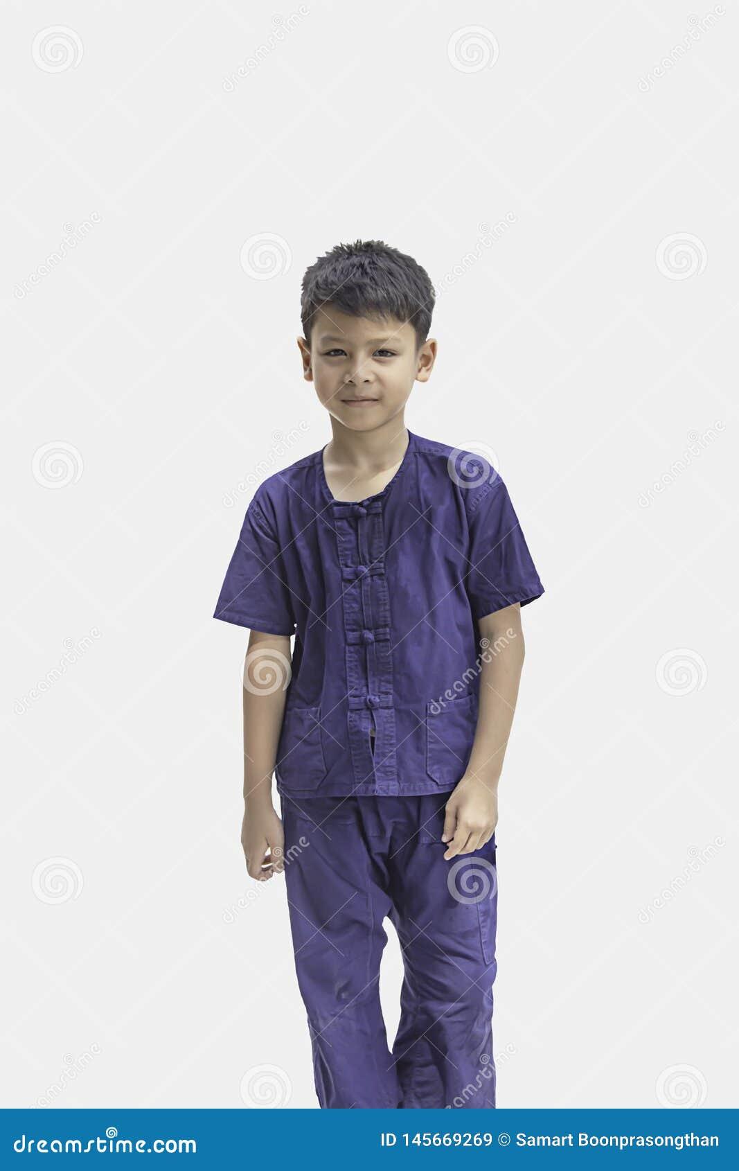 Bärande inföding Thailand för asiatisk pojke och leende lyckligt på en vit bakgrund med urklippbanan
