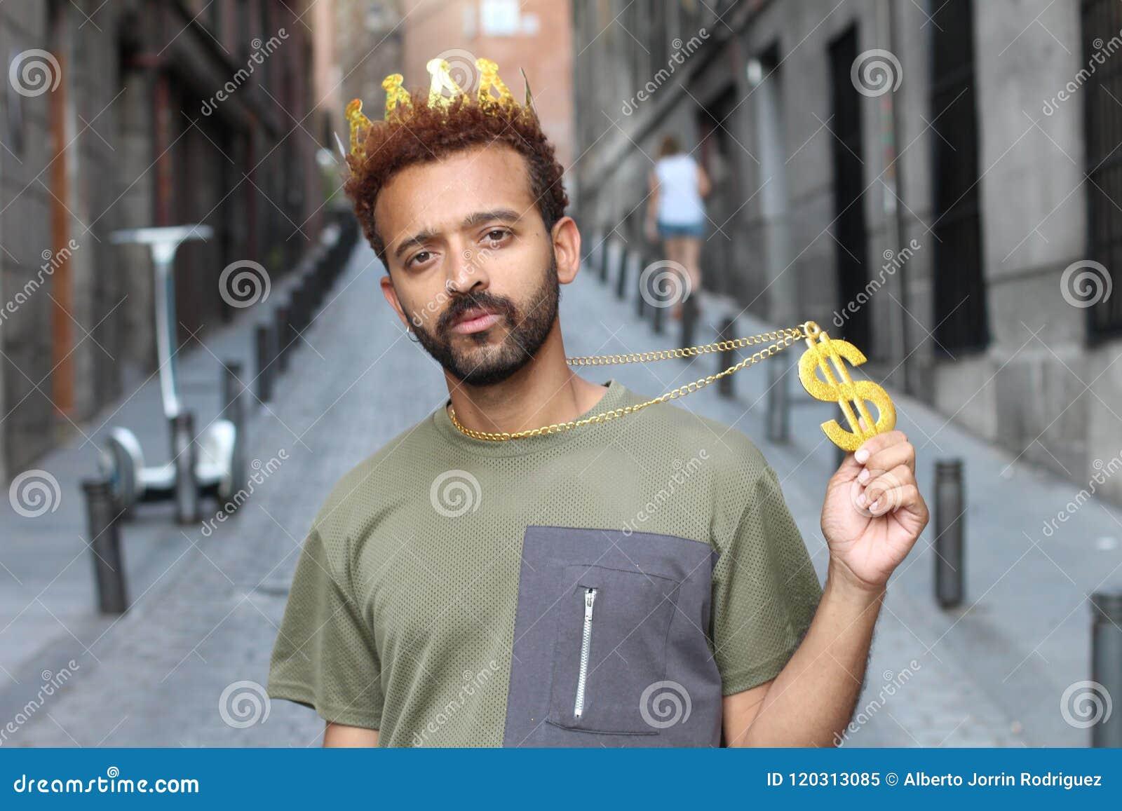Bärande krona för man och halsband för dollartecken
