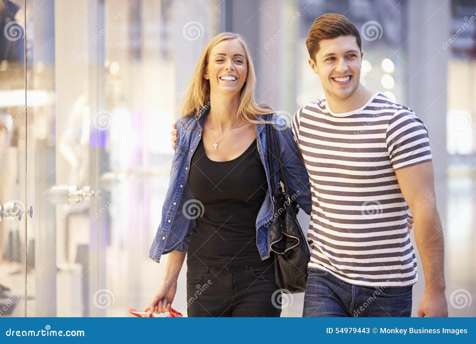 Bärande påsar för lyckliga par i shoppinggalleria
