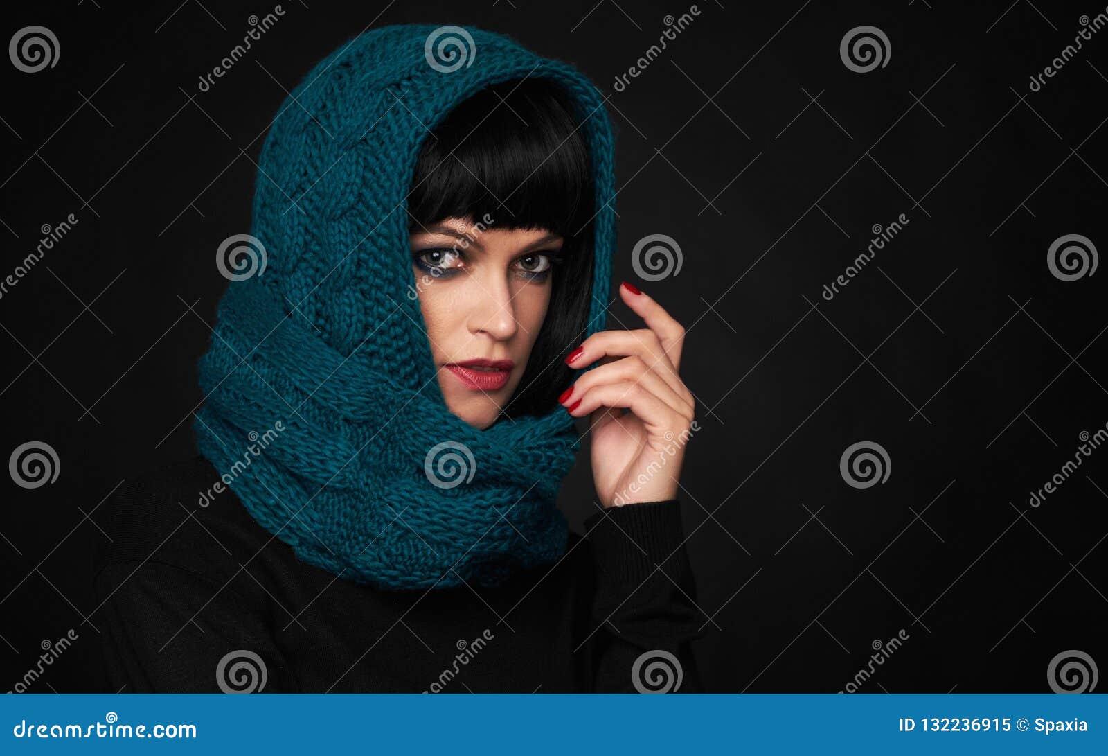 Bärande sjalett för härlig brunettkvinna