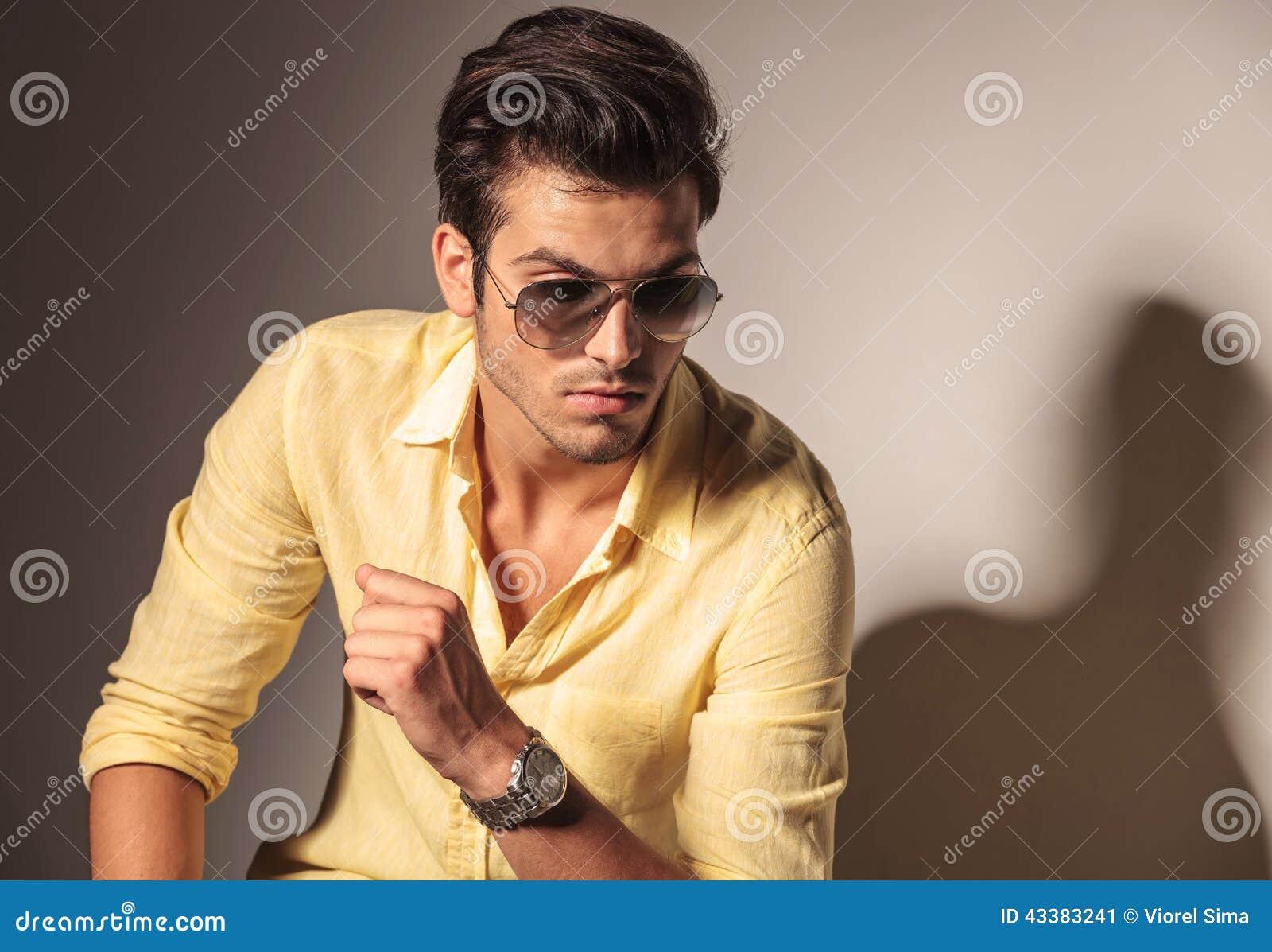 Bärande solglasögon för attraktiv sexig man och gul skjorta