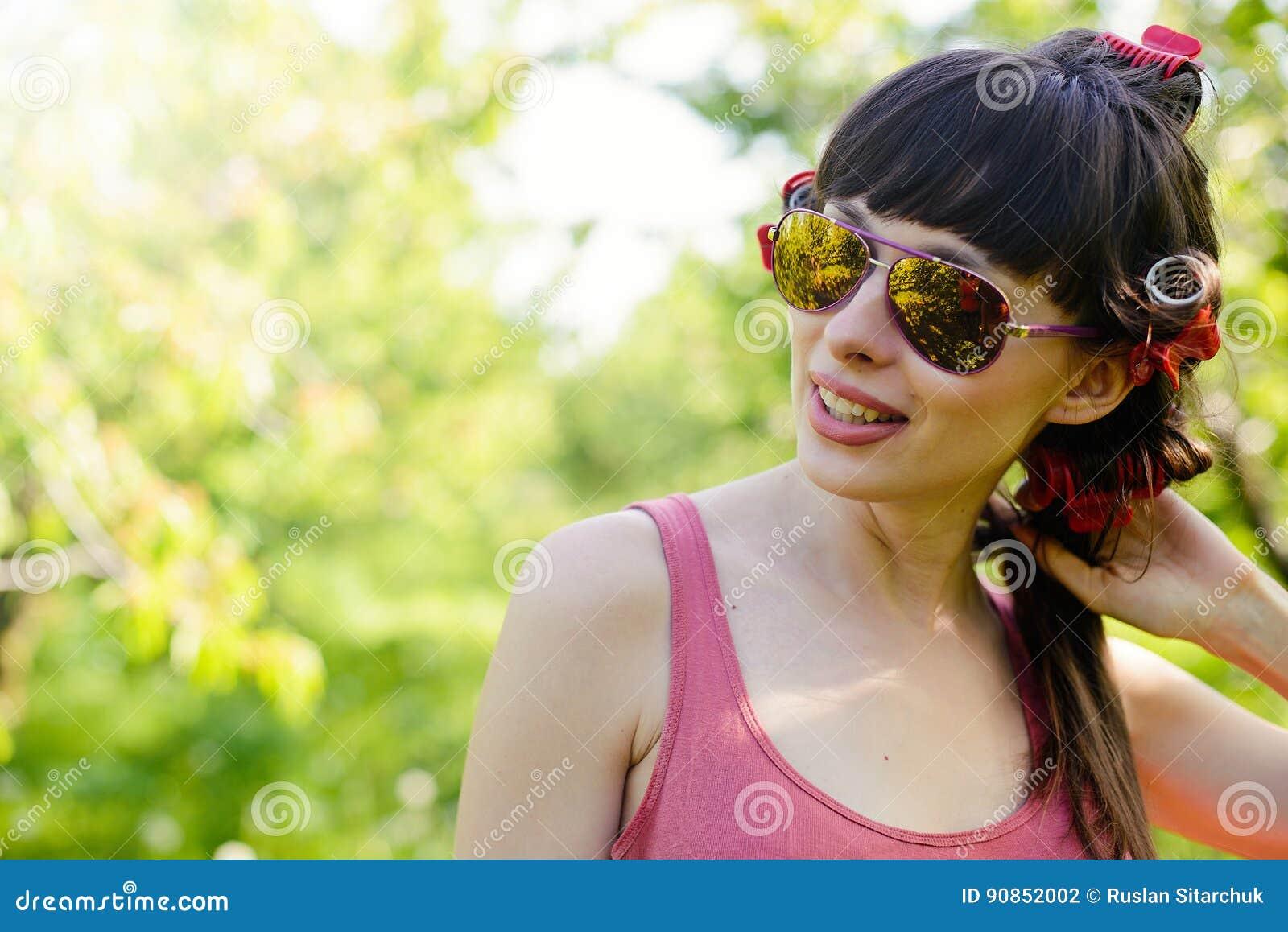 Bärande solglasögon för kvinna utomhus