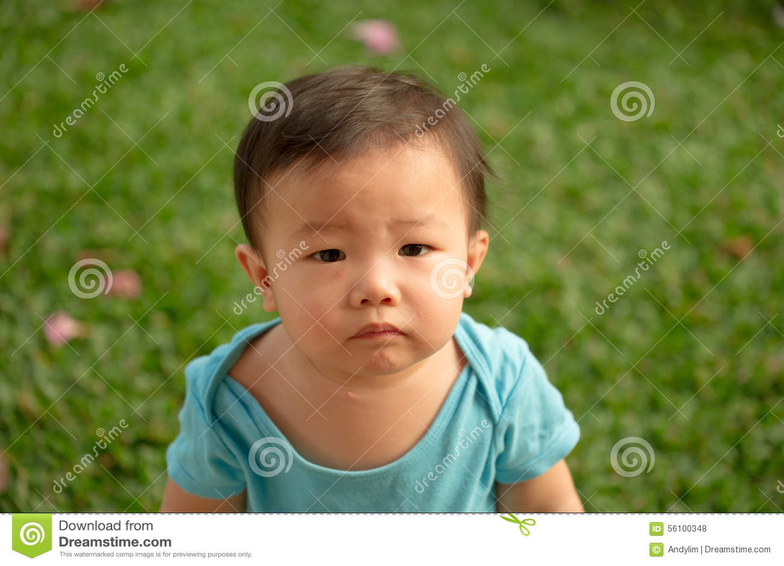 Bärande sparkbyxor för 1 åriga kinesiska asiatiska pojke i en trädgård