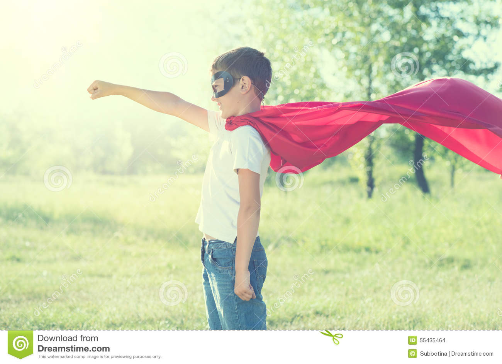 Bärande superherodräkt för pys