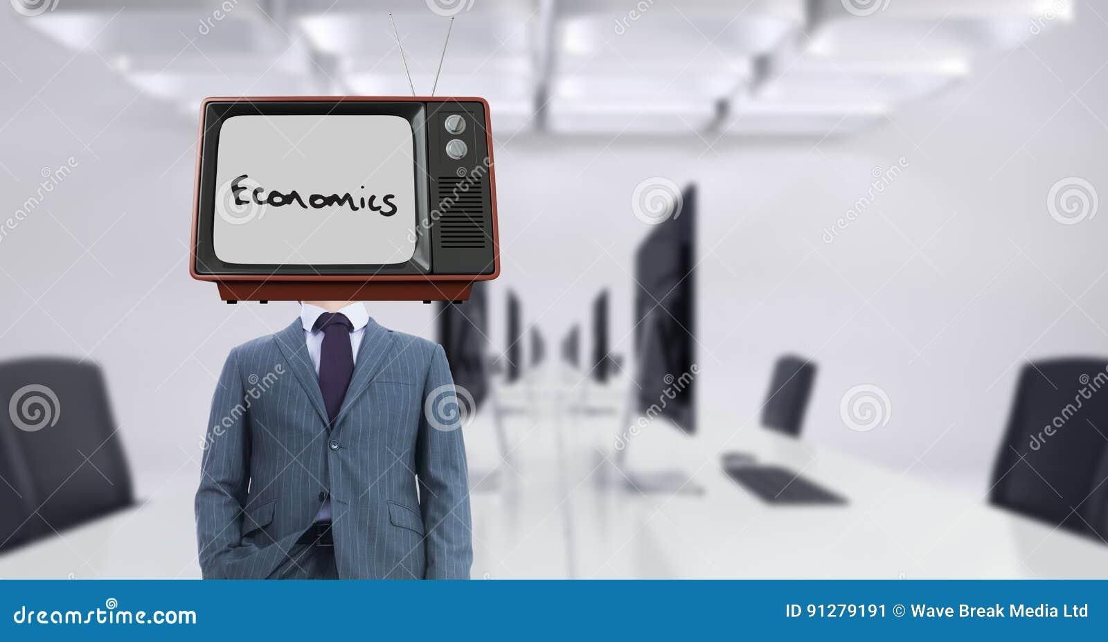 Bärande TV för affärsman på huvudet med nationalekonomitext på skärmen