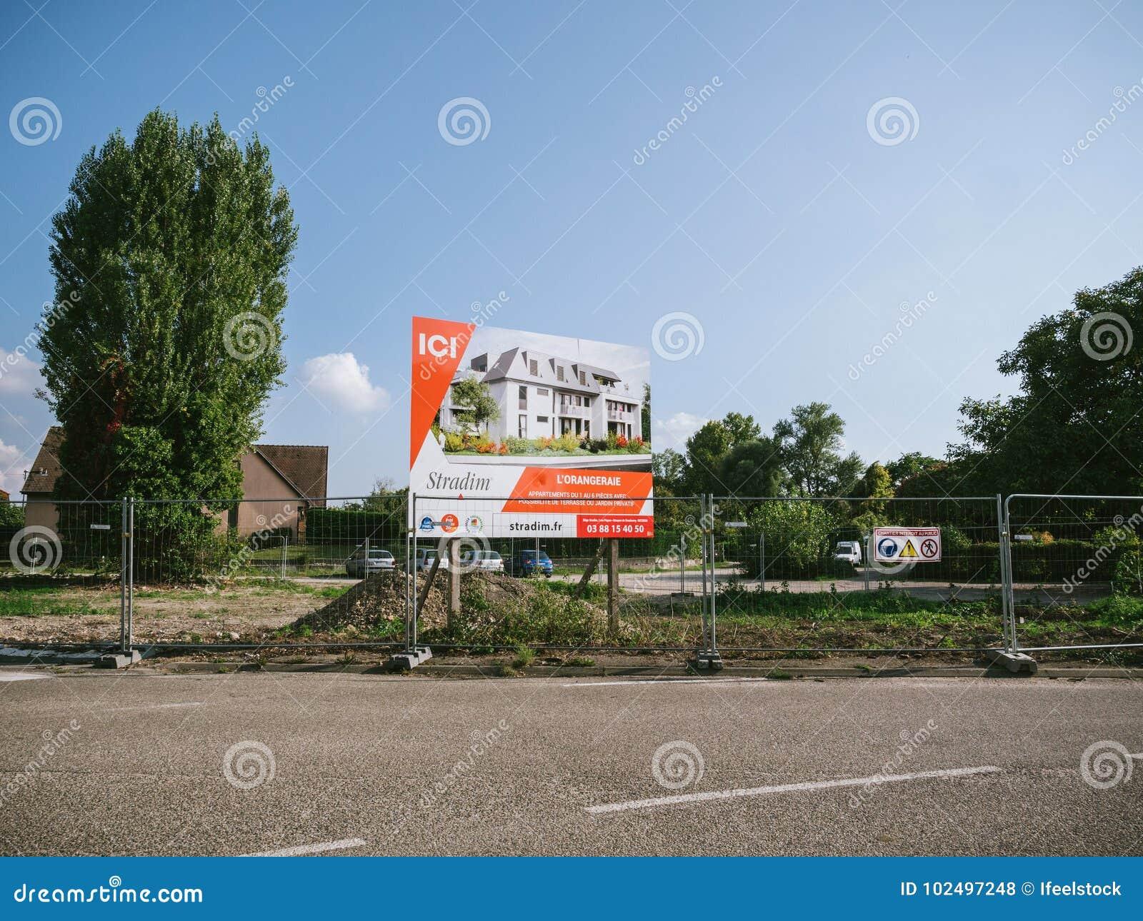 Bärares tecken som annonserar ny bostads- byggnad vid Stradim